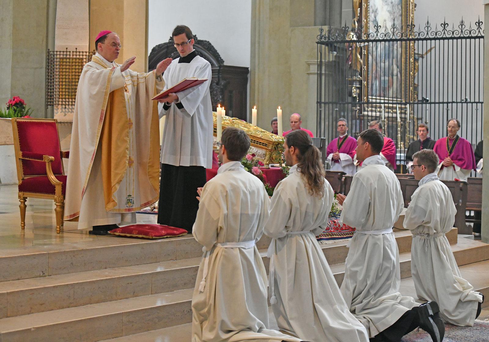 Bischof Bertram weiht vier Männer zu Diakonen (Foto: Julian Schmidt / pba)