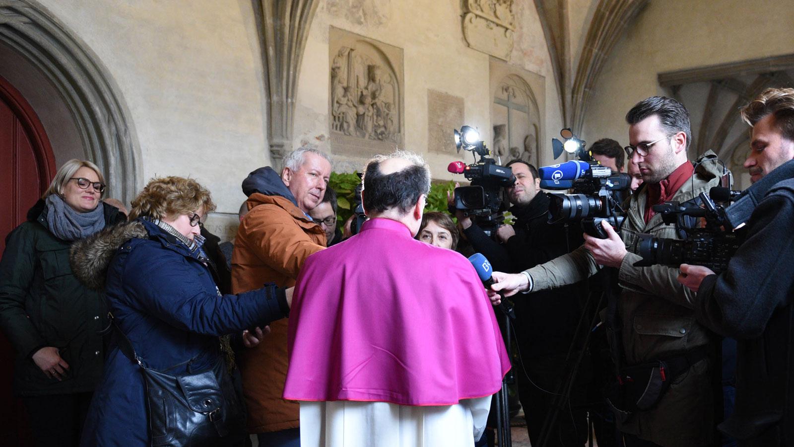 Der neu ernannte Bischof von Augsburg im Interview mit den Medien (Foto: Maria Steber / pba)