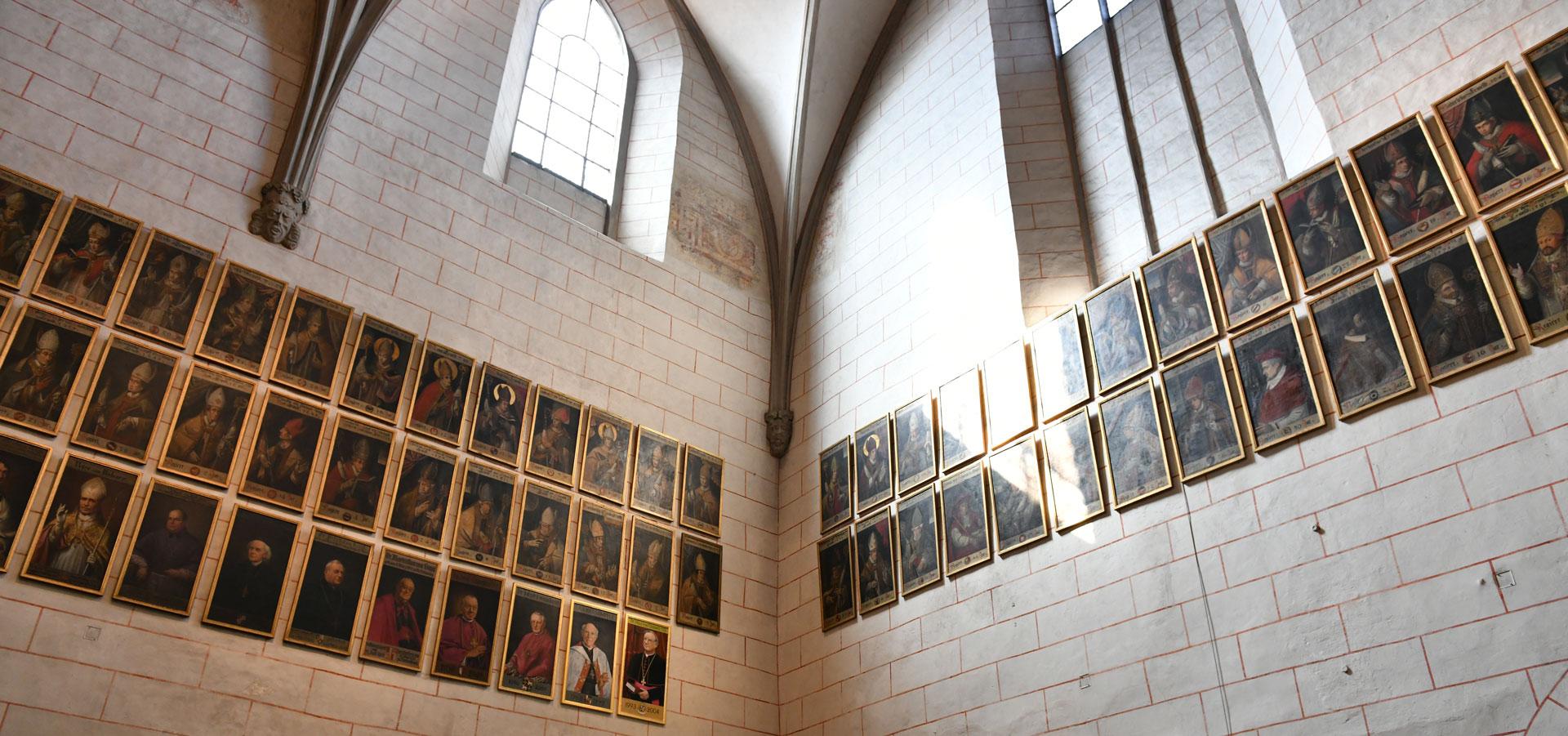 Die Porträtgalerie der Augsburger Bischöfe im Hohen Dom zu Augsburg (Foto: Julian Schmidt / pba)