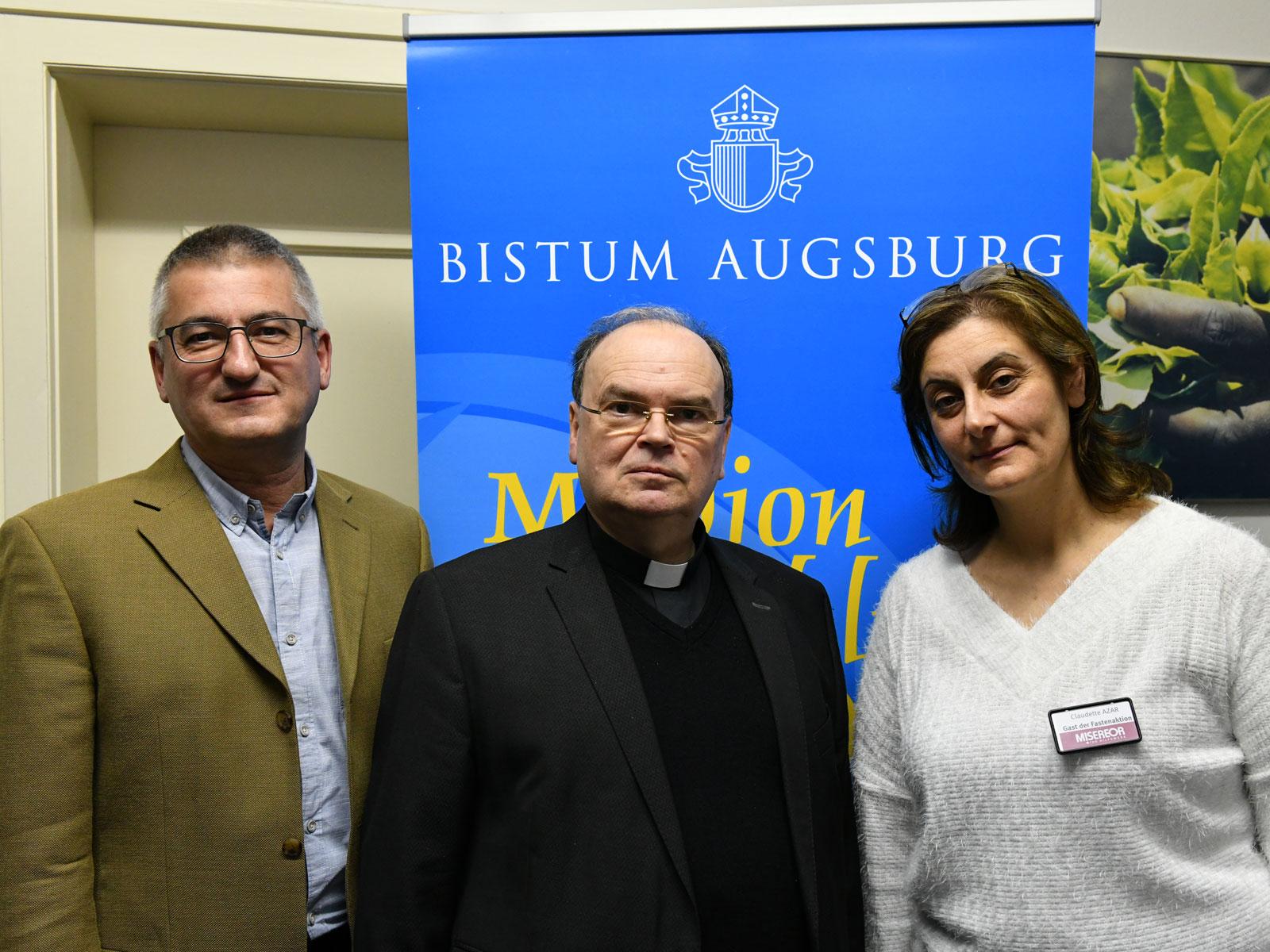 (v.l.) Anton Stegmair (Leiter der Abteilung Weltkirche), Diözesanadministrator Dr. Bertram Meier und Claudette Azar (Jesuiten-Flüchtlingsdienst) (Foto: Julian Schmidt / pba)