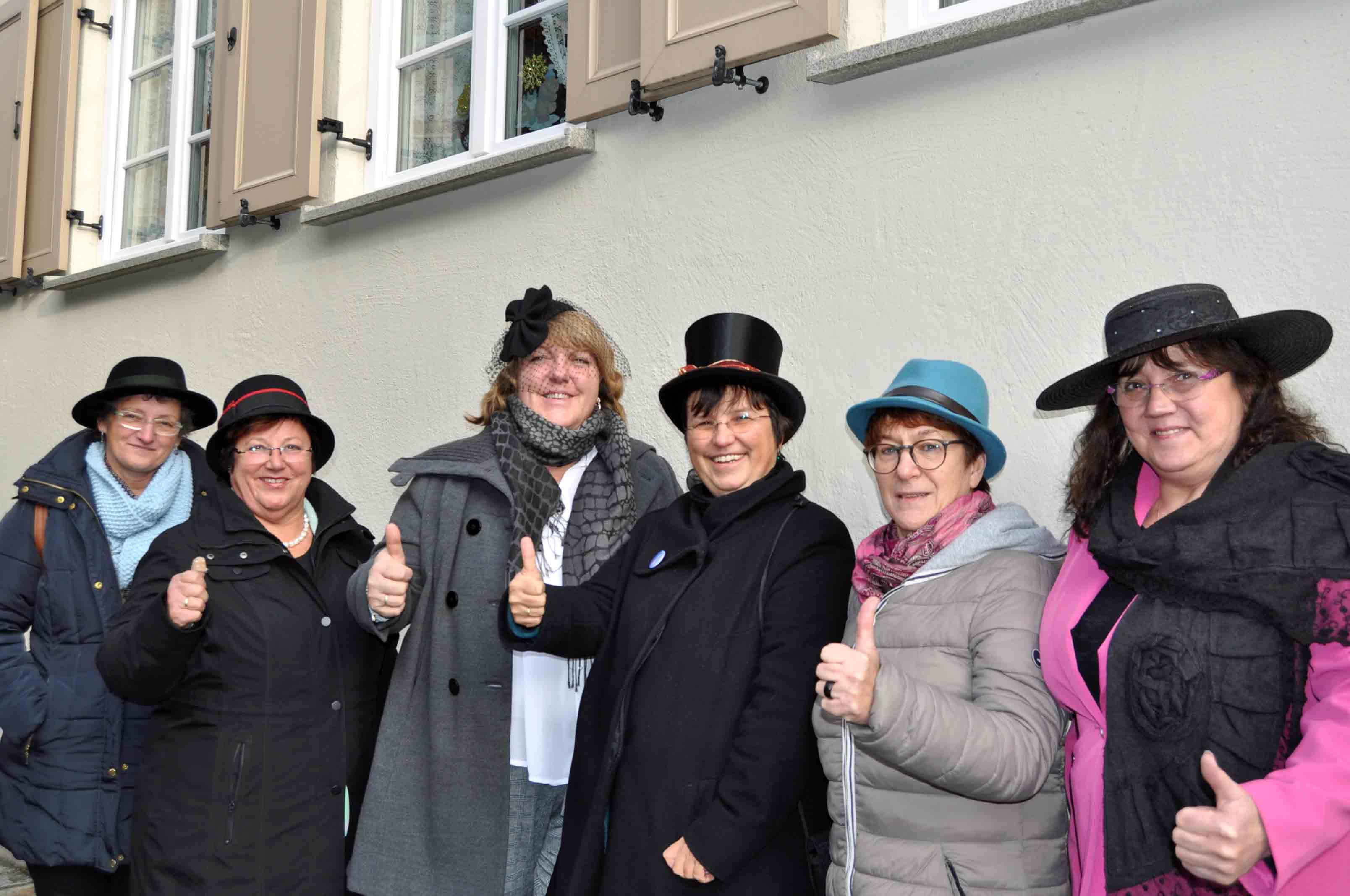 Der KDFB Vorstand in der Diözese Augsburg zeigt: Respekt für all die Frauen, die für die Einführung des Frauenwahlrechts gekämpft haben, die sich zur Wahl stellten und auch denen, die ihr Wahlrecht wahrgenommen haben. (Foto: KDFB/Böswald-Rid)