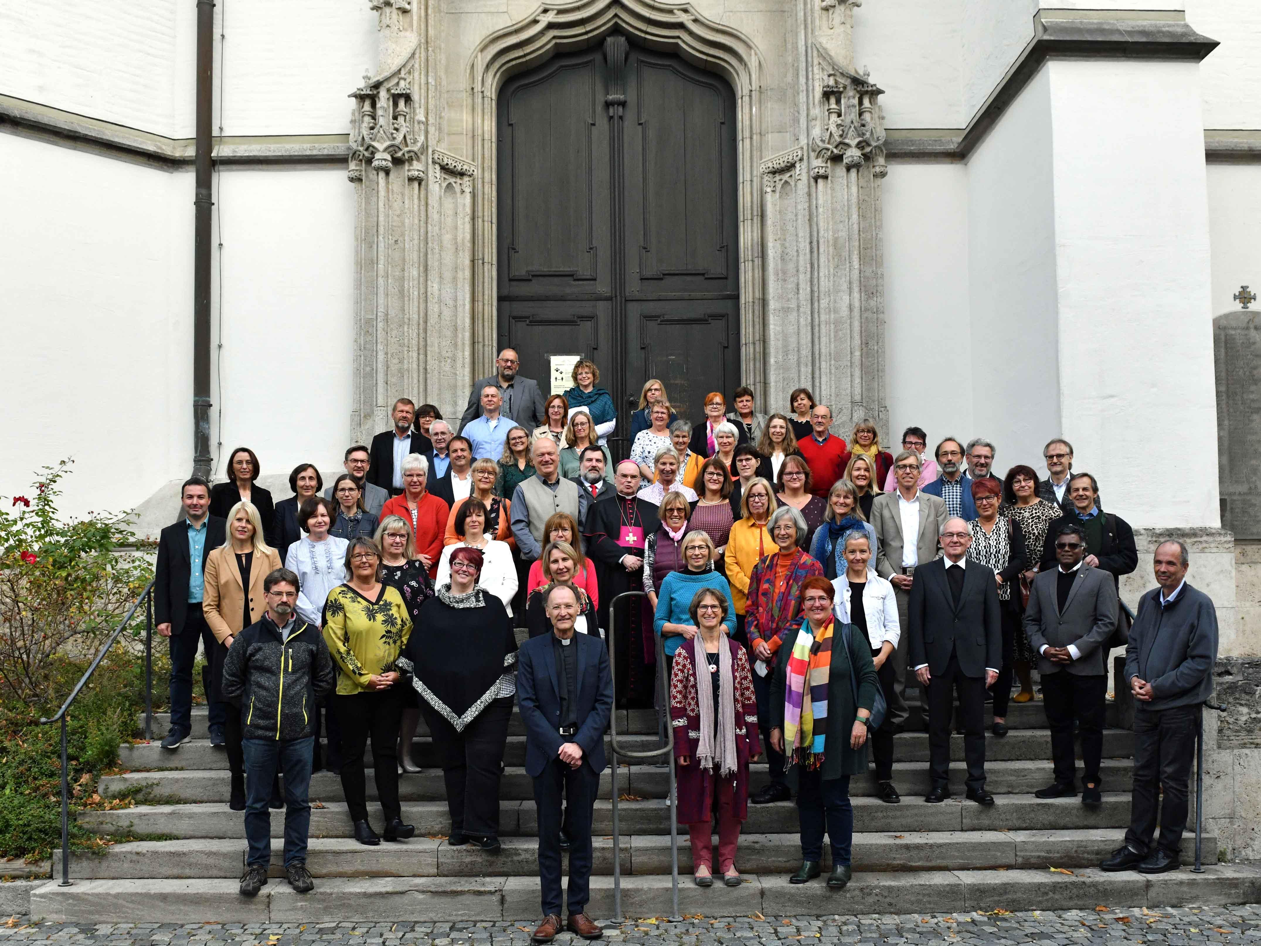 Mehrere Dutzend Frauen und Männer mit Dienstjubiläen in den vergangenen beiden Jahre folgten der Einladung des Bistums zu Gottesdienst, Stehempfang und Festakt. (Foto: Nicolas Schnall / pba)