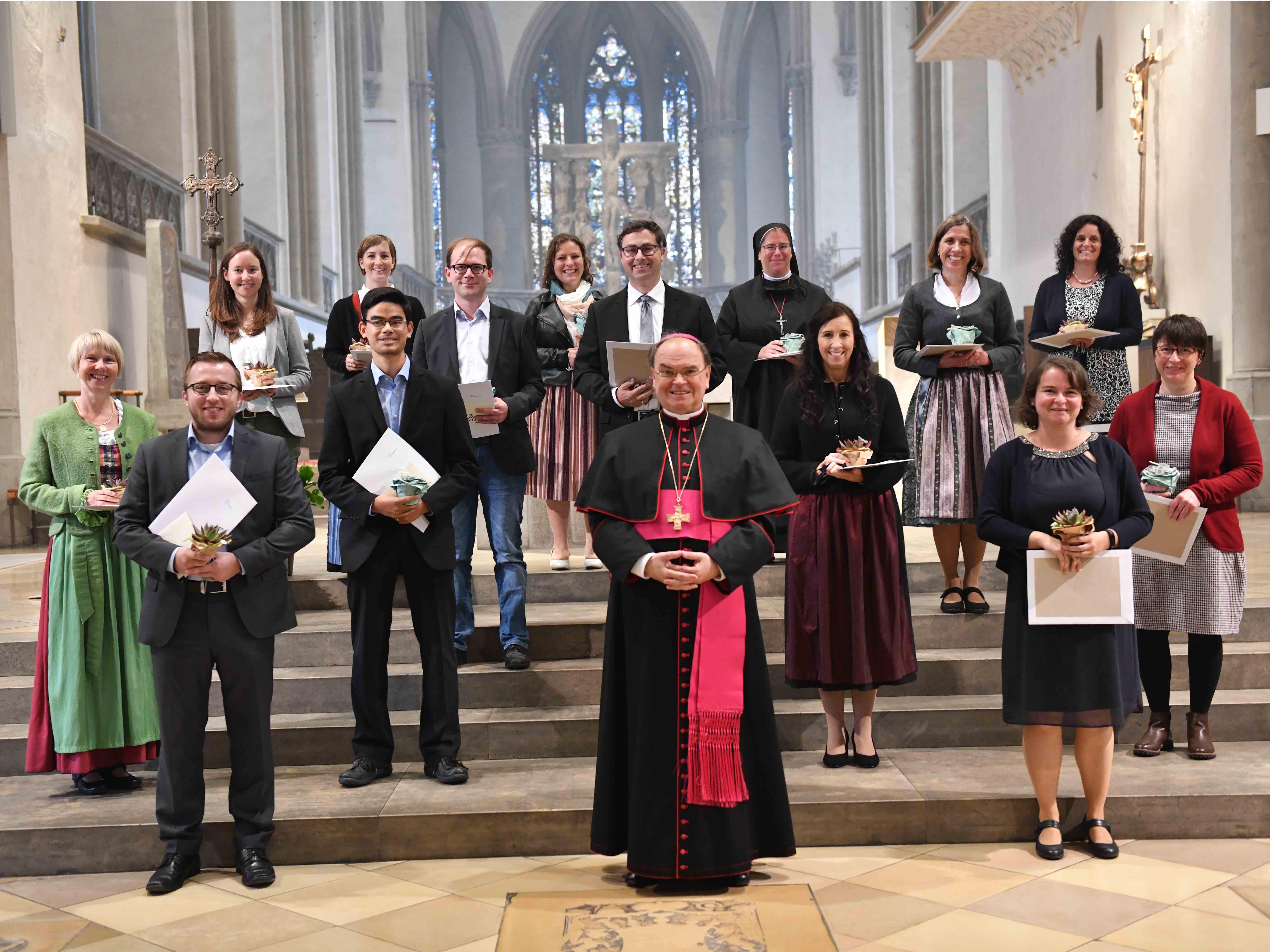 Bei einem feierlichen Gottesdienst hat Bischof Bertram heute 14 neue pastorale Mitarbeiter ausgesendet. (Fotos: Maria Steber / pba)