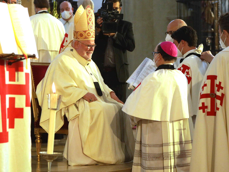 In seiner Eigenschaft als Großprior nahm Reinhard Kardinal Marx Bischof Bertram in den Ritterorden auf (Foto: Annette Zoepf / pba).