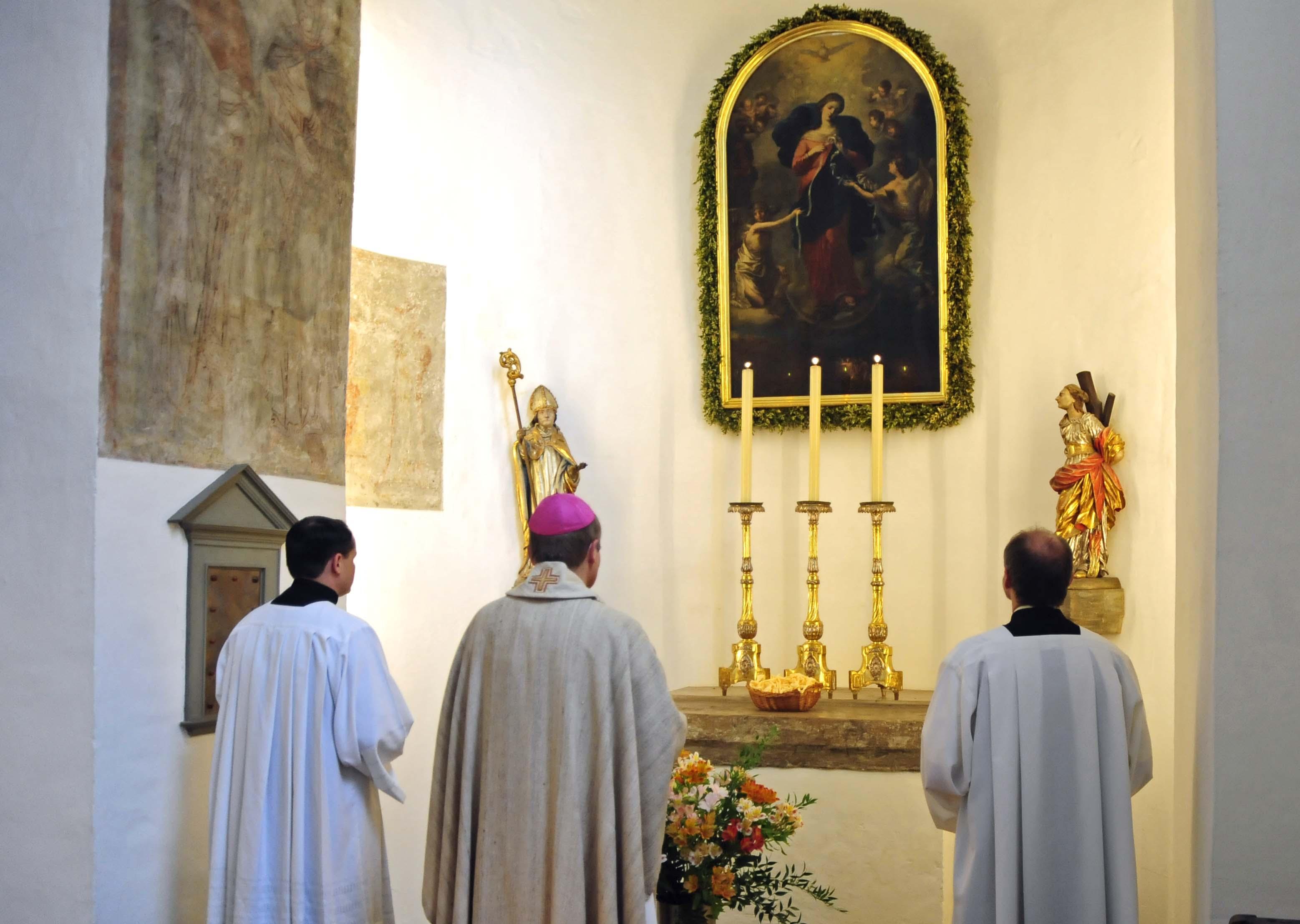 Weihbischof Florian Wörner stellte den Korb mit dem 36 Meter langen Band vor das Wallfahrtsbild Maria Knotenlöserin (pba/Nicolas Schnall).