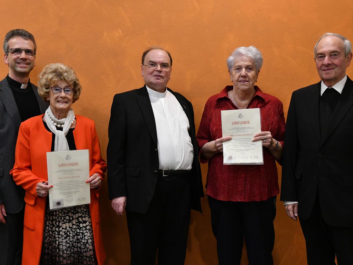 Das Bild zeigt die Geehrten Luise Wiedersatz (2.v.r.) und Renate Kreuzer (2.v.l.) gemeinsam mit Diözesanadministrator Prälat Dr. Bertram Meier (Mitte), Domkapitular Armin Zürn (links) und Domkapitular i.R. Monsignore Franz-Reinhard Daffner (rechts). (Foto: Daniel Jäckel / pba)
