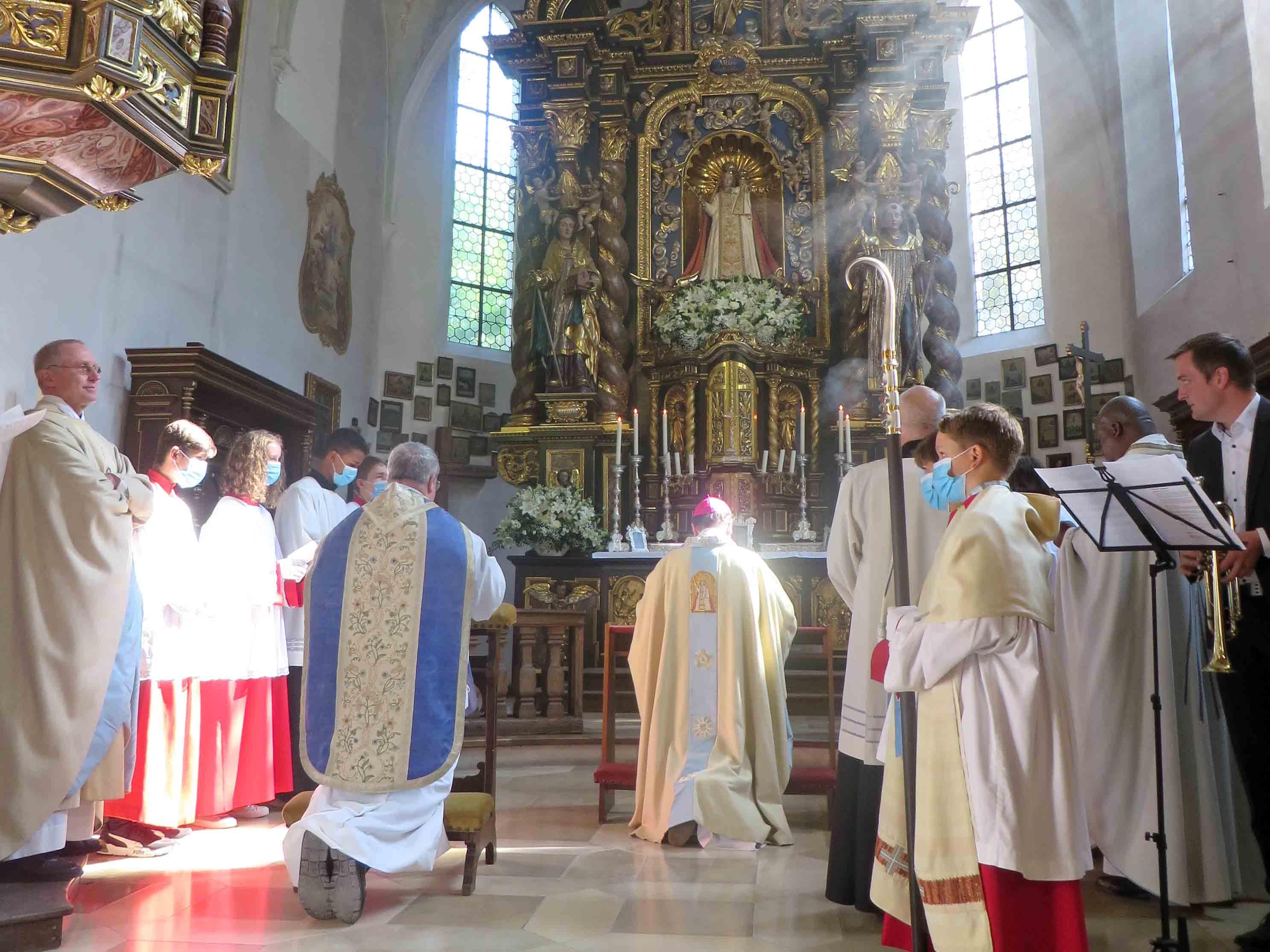 Bischof Bertram spricht anlässlich des Jubiläums das Weihegebet des Bistums an die Gottesmutter. (Fotos: Viktoria Zäch / pba)