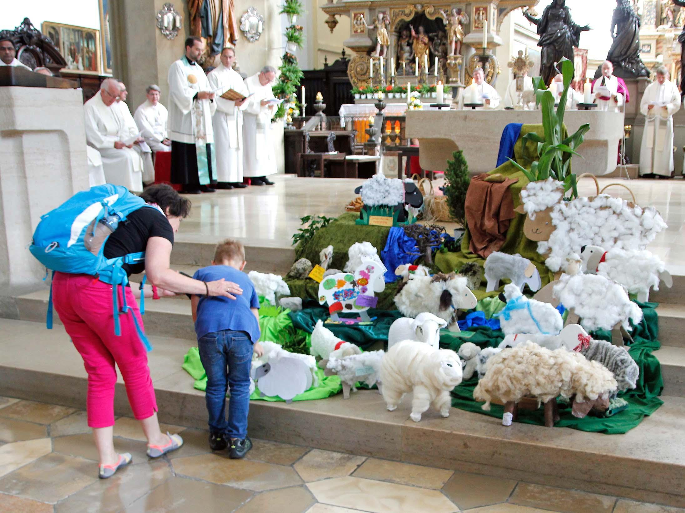 Viele Kinder brachten Schafe als Stofftiere mit in die Basilika und legten sie vor dem Altar ab. Sie sollten ein Zeichen dafür sein, dass sie wie die echten Schafe auch einen guten Hirten für ihren Lebensweg brauchen. (Foto: Bernhard Gattner / Caritas Augsburg)