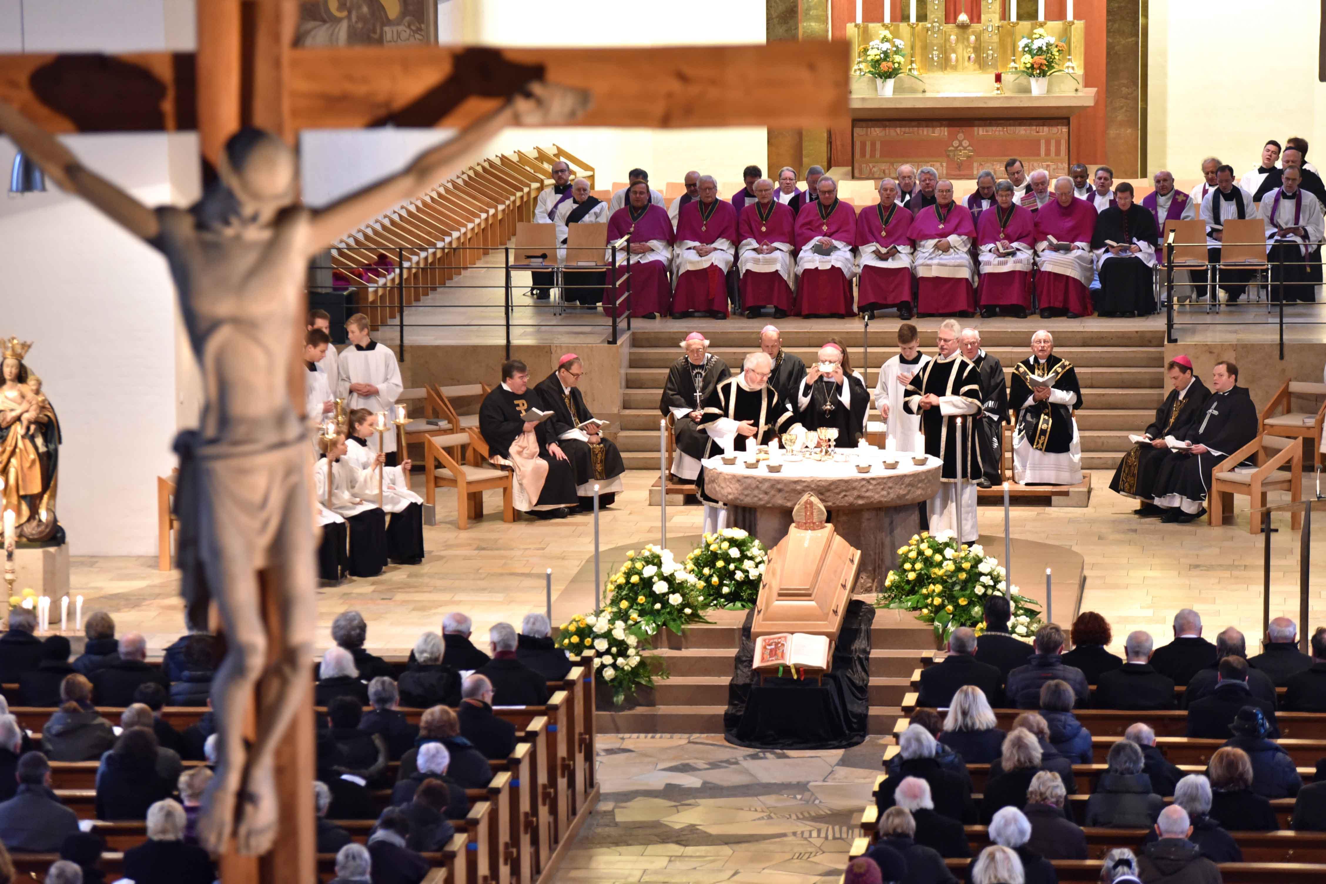 Das Pontifikalreqiuem für Weihbischof Max in der Memminger Stadtpfarrkirche St. Josef wurde von Bischof Dr. Konrad Zdarsa zelebriert. (Foto: Nicolas Schnall/pba)