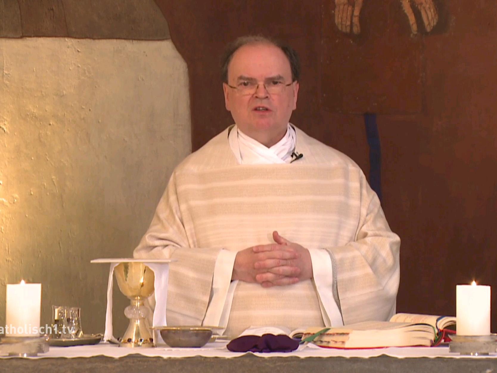 In ungewisser Zeit, an ungewohntem Ort: Der ernannte Bischof Dr. Bertram Meier beginnt das österliche Triduum nicht im Dom, sondern am Altar der Bischofshauskapelle. (Bildquelle: katholisch1.tv)