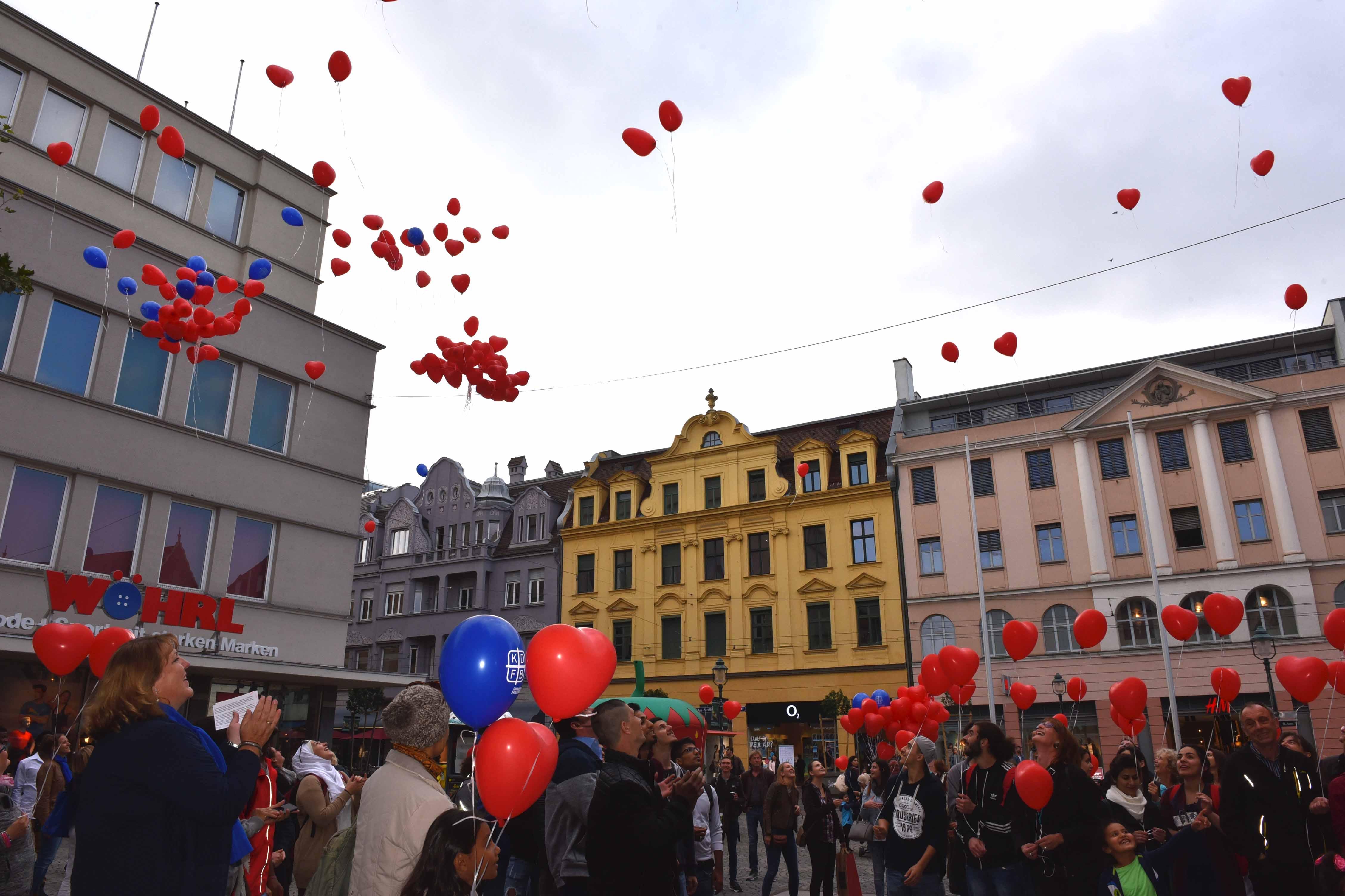 """Viele Herzen flogen da in die Luft: Zum """"Internationalen Tag des Friedens"""" hat der Frauenbund für ein respektvolles Miteinander geworben. (Fotos: Maria Steber/pba)."""