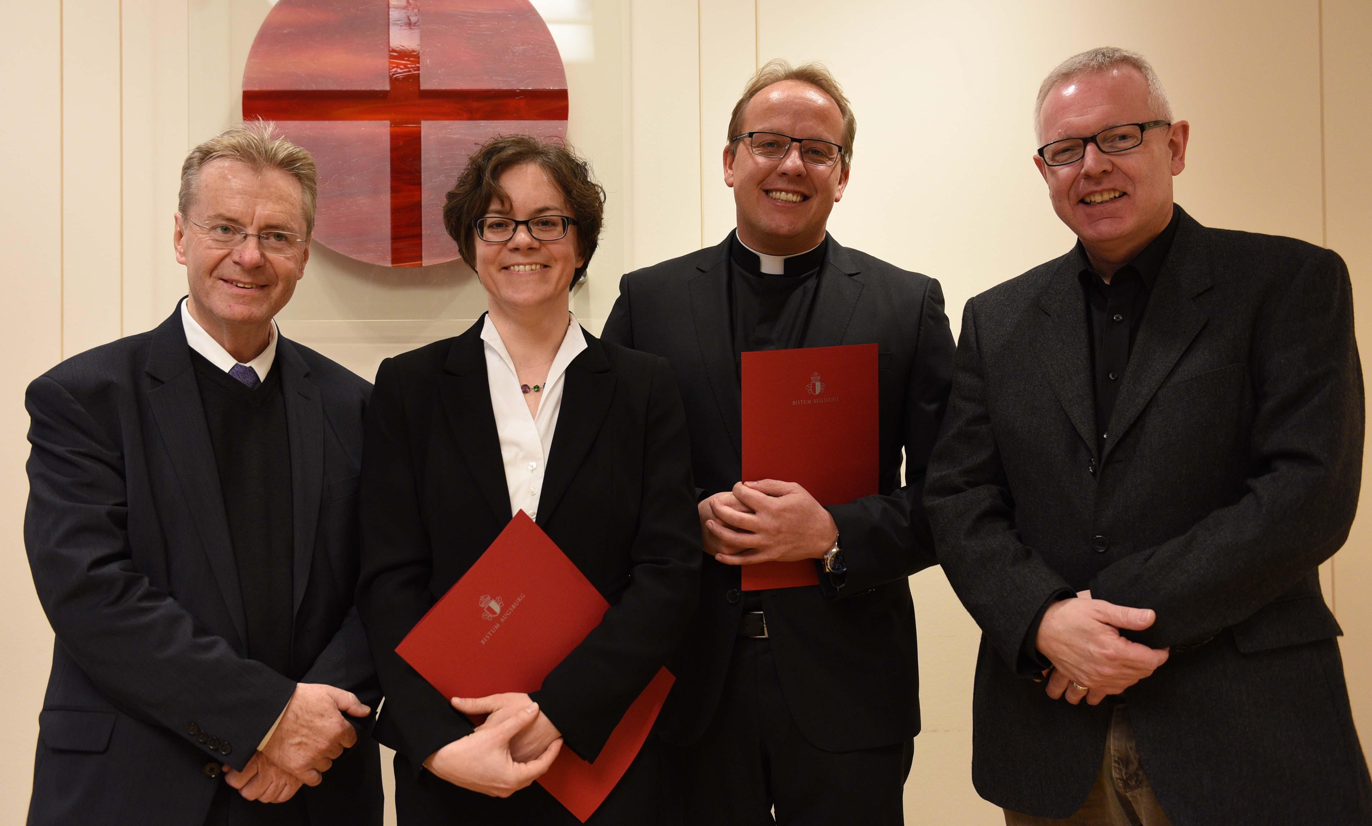 Die Preisträger mit ihren Doktorvätern (v.links): Prof. Dr. Franz Sedlmeier, Dr. Carolin Neuber, Dr. Andreas Jall, Prof. Dr. Peter Hofmann