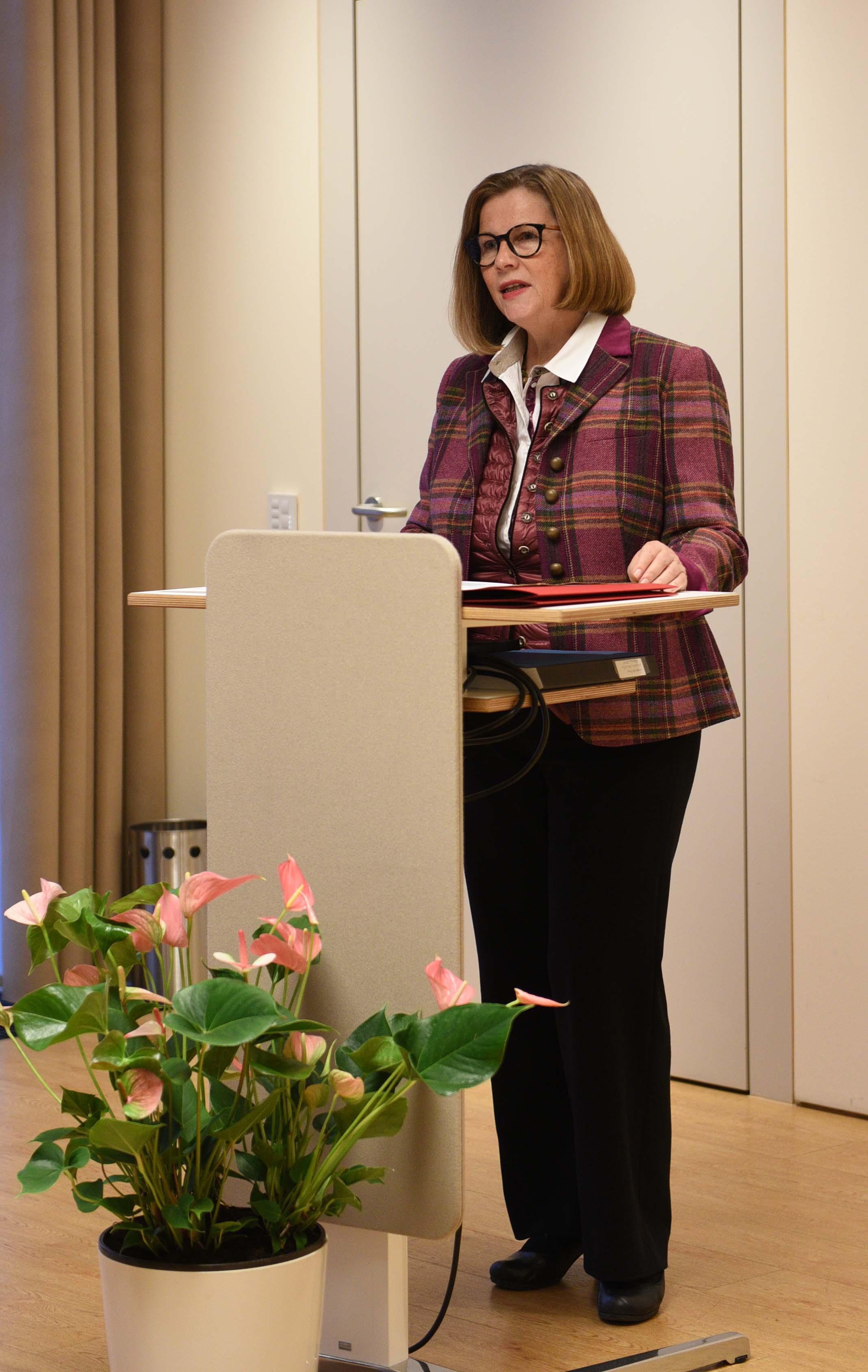 Prof. Dr. Gerda Riedl sprach die Laudationes zu den Preisträgern.