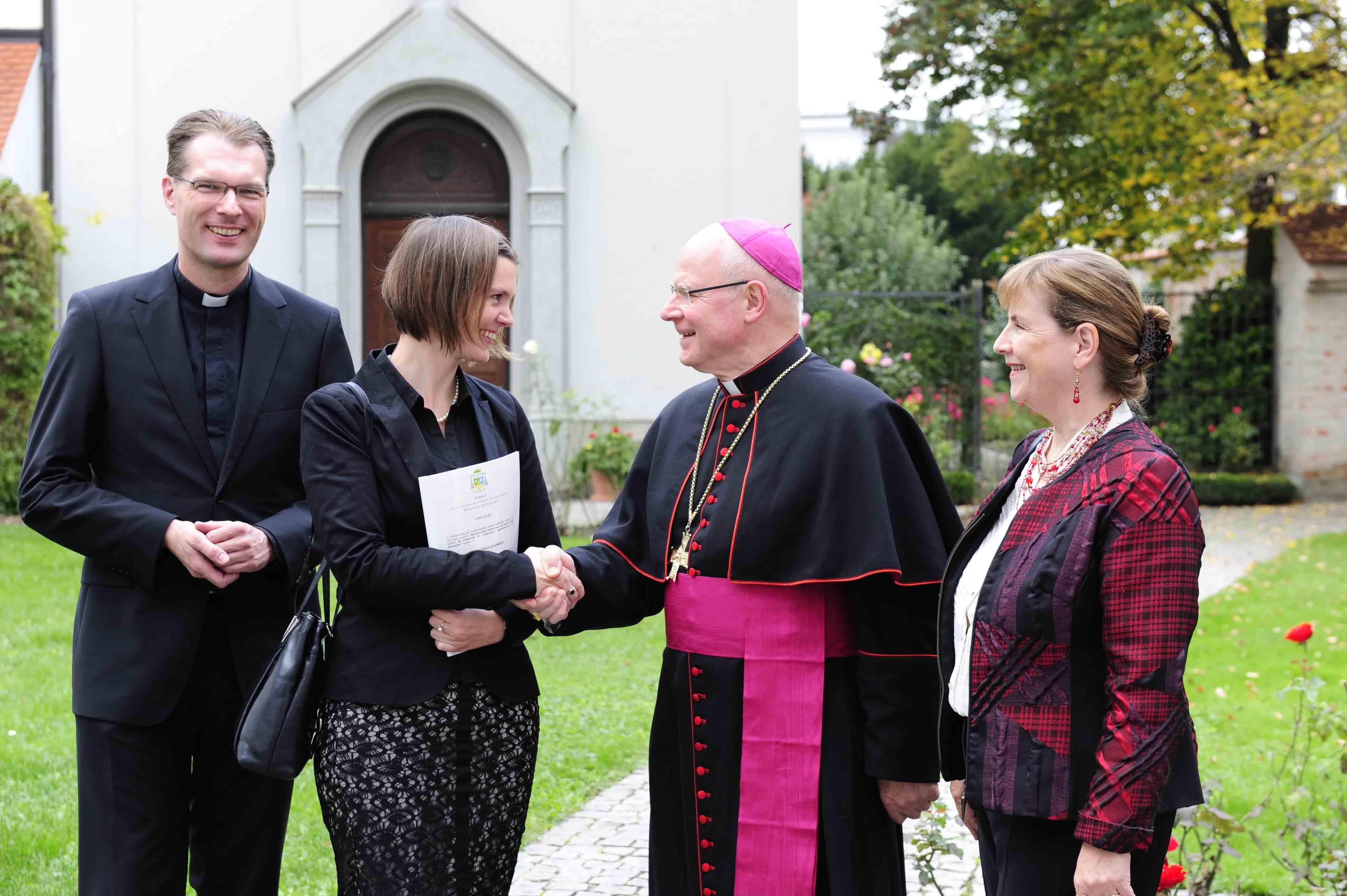 Herzliche Gratulation: Bischof Dr. Konrad Zdarsa gratuliert der Preisträgerin zusammen mit Prof. DDr. Thomas Marschler und Prof. Dr. Gerda Riedl. (Foto: Michel/pba)