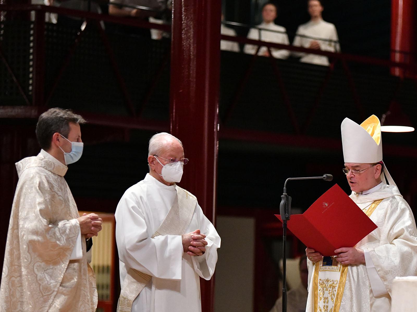 Bischof Bertram verliest das Ernennungsdekret.
