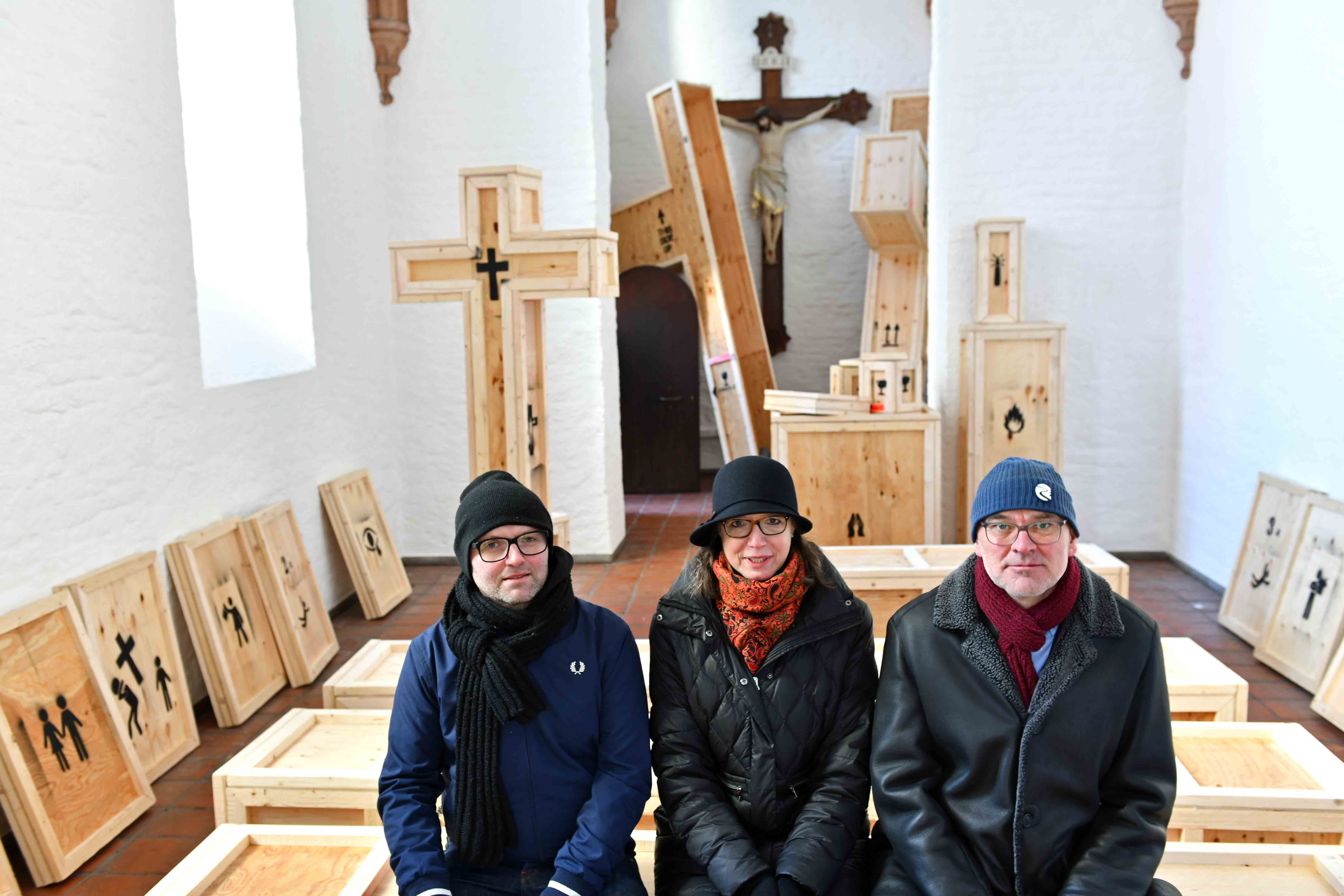 Rauminstallation in der St. Severinskapelle mit den Künstlern Torsten Mühlbach (l.), Bruno Wank (r.) und Kuratorin Doris Kettner. (Foto: Nicolas Schnall / pba)