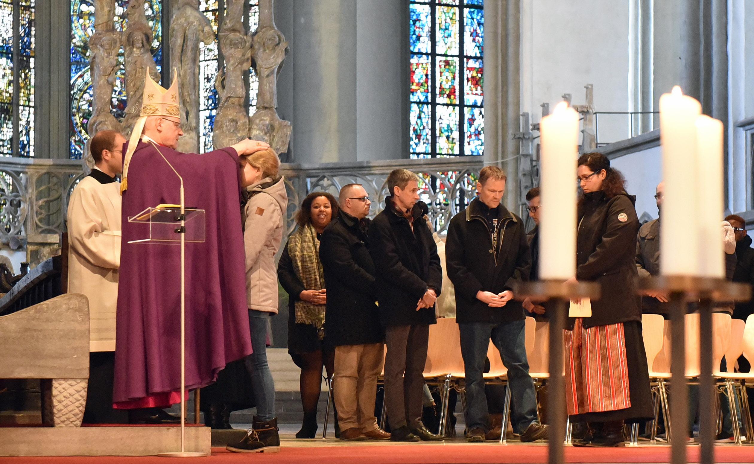 Bischof Konrad segnet die Tauf- und Firmbewerber. (Fotos: Romana Kröling / pba)
