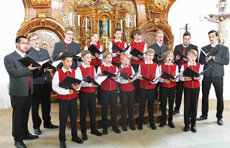 Die Augsburger Domsingknaben bei den Aufnahmen in der Kirche St. Michael auf dem Augsburger Hermanfriedhof. (Foto: Nicolas Schnall / pba)