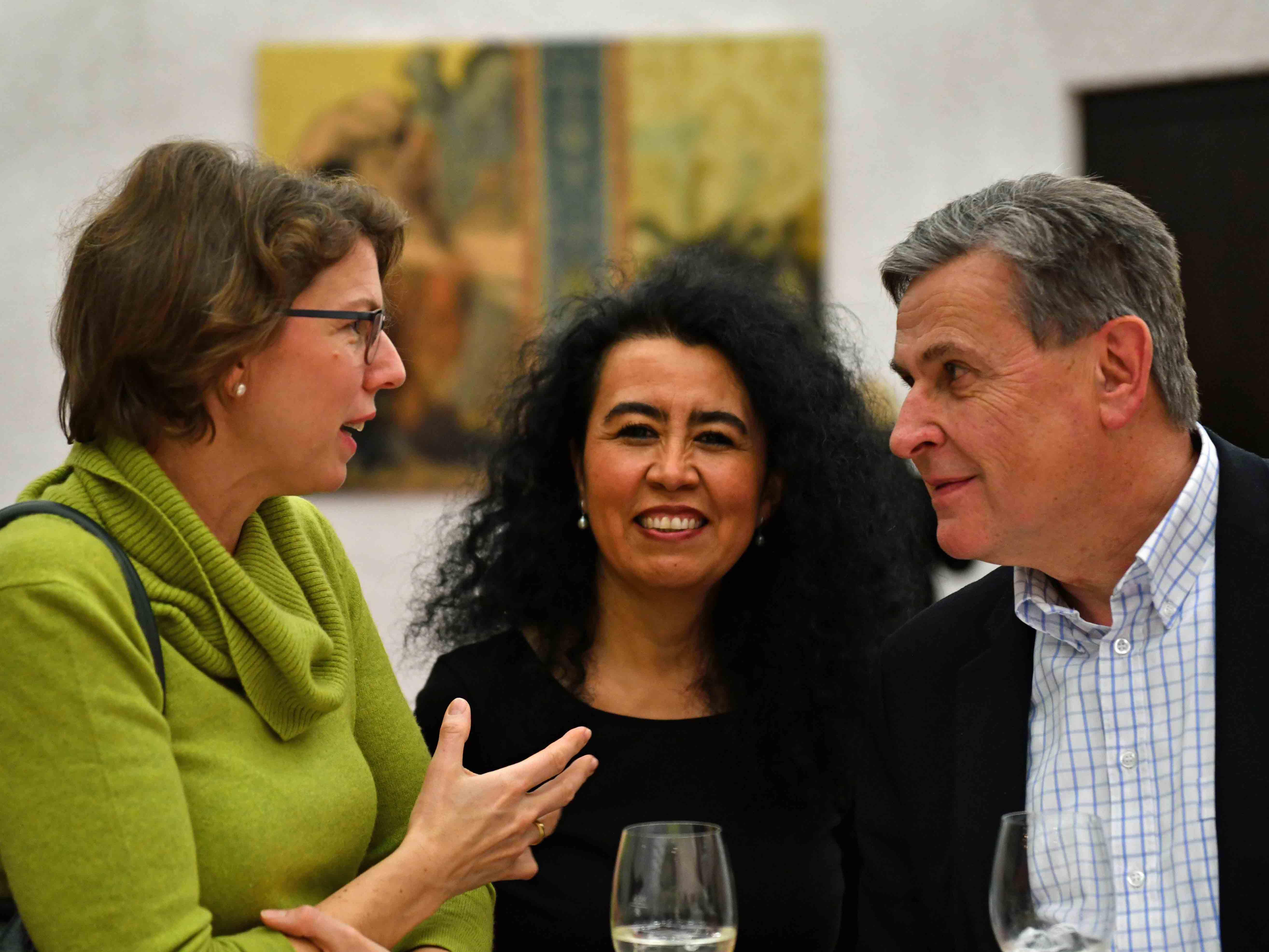 Angeregte Gespräche mit der chilenischen Künstlerin Lilian Moreno Sánchez (Mitte) bei der Vernissage im Haus St. Ulrich. (Foto: Julian Schmidt / pba)