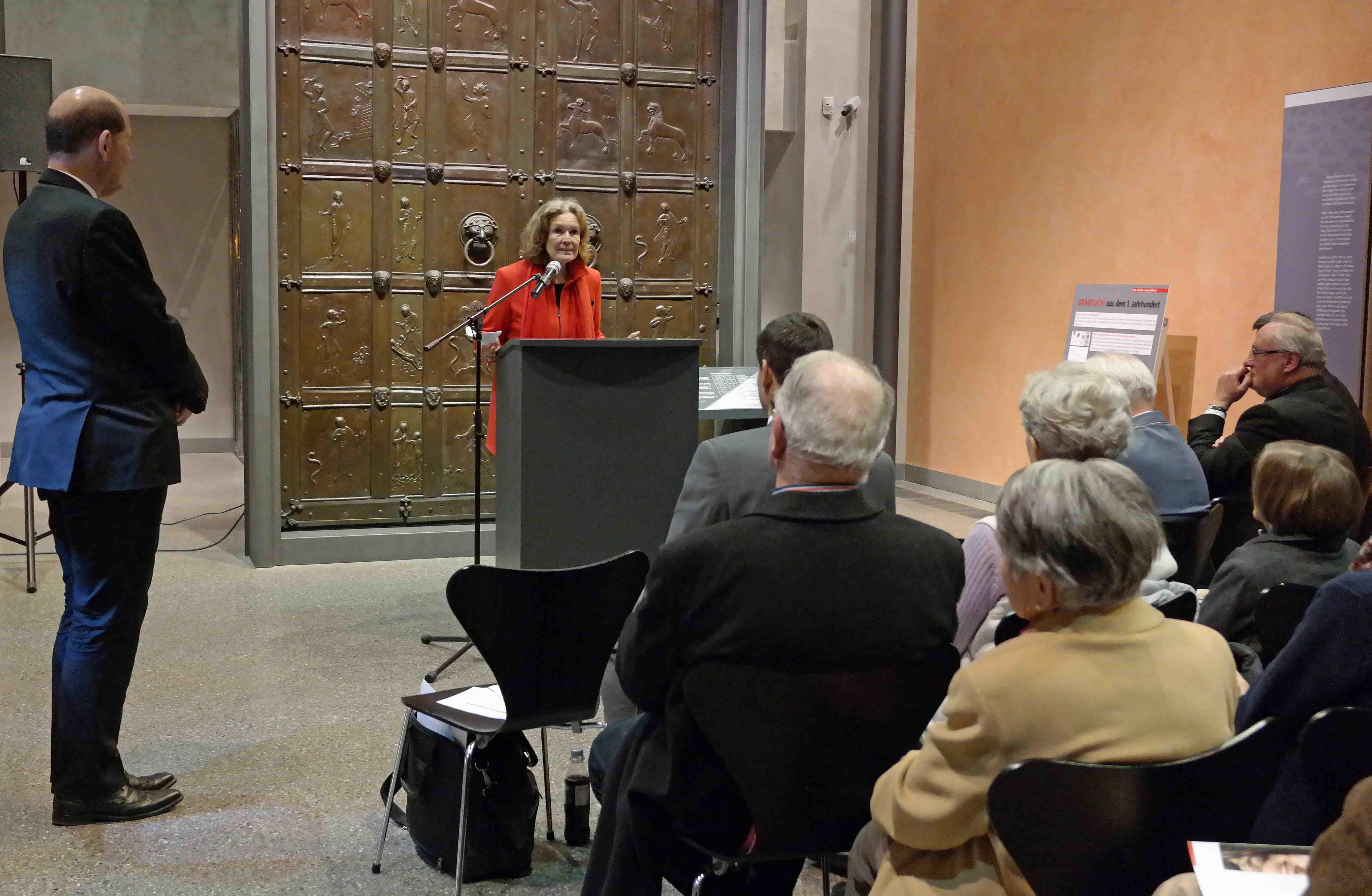 Die Ausstellungskuratorin, Bettina von Trott zu Solz, vor rund 120 Gästen bei der feierlichen Eröffnung der Ausstellung im Diözesanmuseum. (Foto Maria Steber/pba).