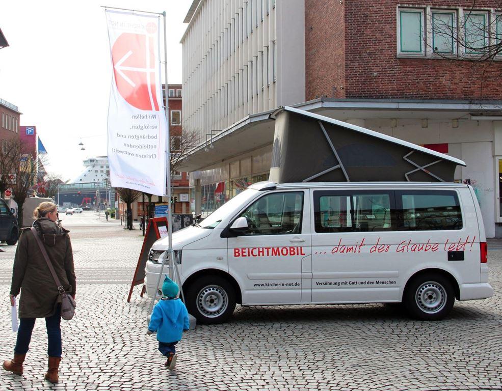 """Das Beichtmobil von """"Kirche in Not"""" tourt durch Städte und Pfarrgemeinden; es ist bei kirchlichen Großveranstaltungen ebenso im Einsatz wie bei Handelsmessen und Stadtfesten. (Foto: Kirche in Not)"""