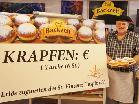 Backen für den guten Zweck: Lothar Rother ist auch ehrenamtlicher Helfer im Hospiz. (Foto: St. Vinzenz-Hospiz)