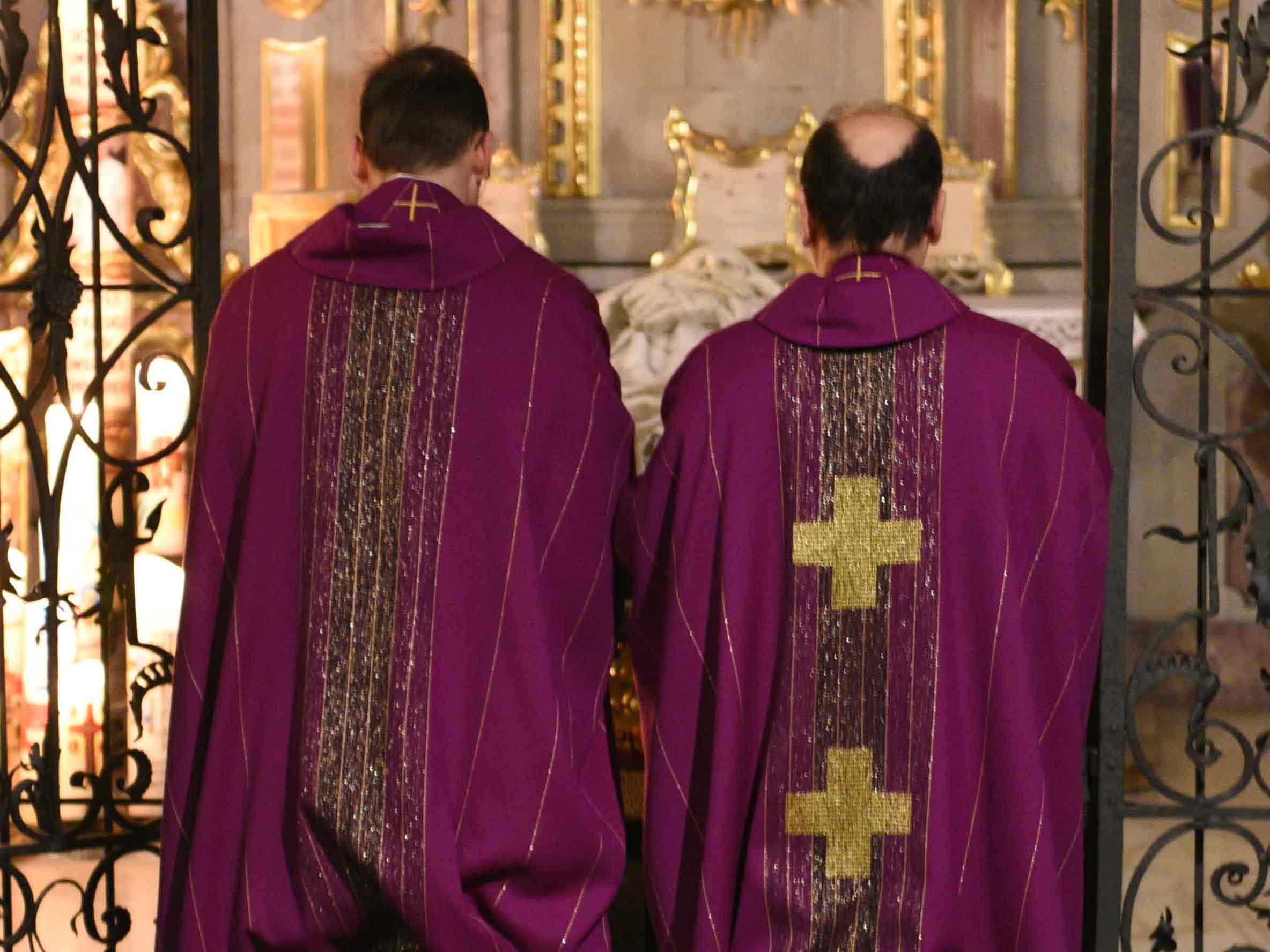 Basilikapfarrer Christoph Hänsler (links) und Prälat Bertram Meier beim gemeinsamen Gebet am Grab des heiligen Ulrich. (Foto: Karin Demartin)