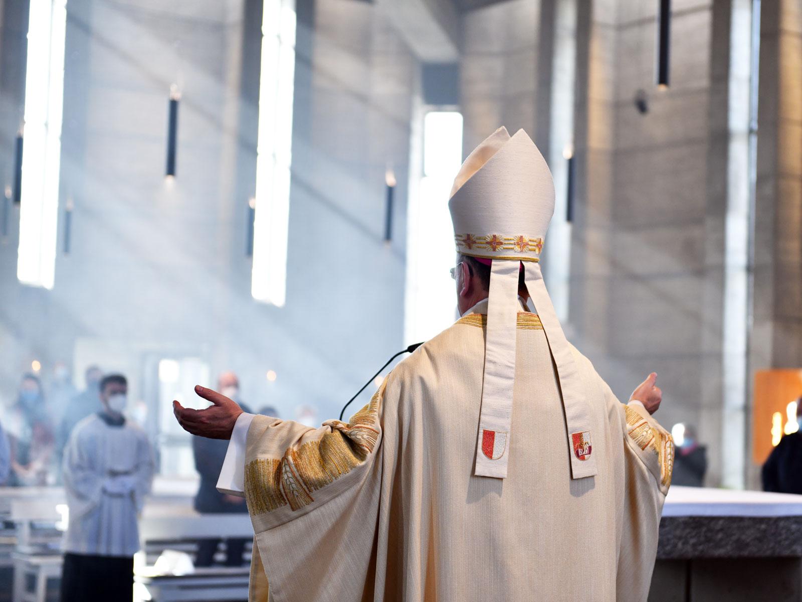 Bischof Bertram spendet den Segen