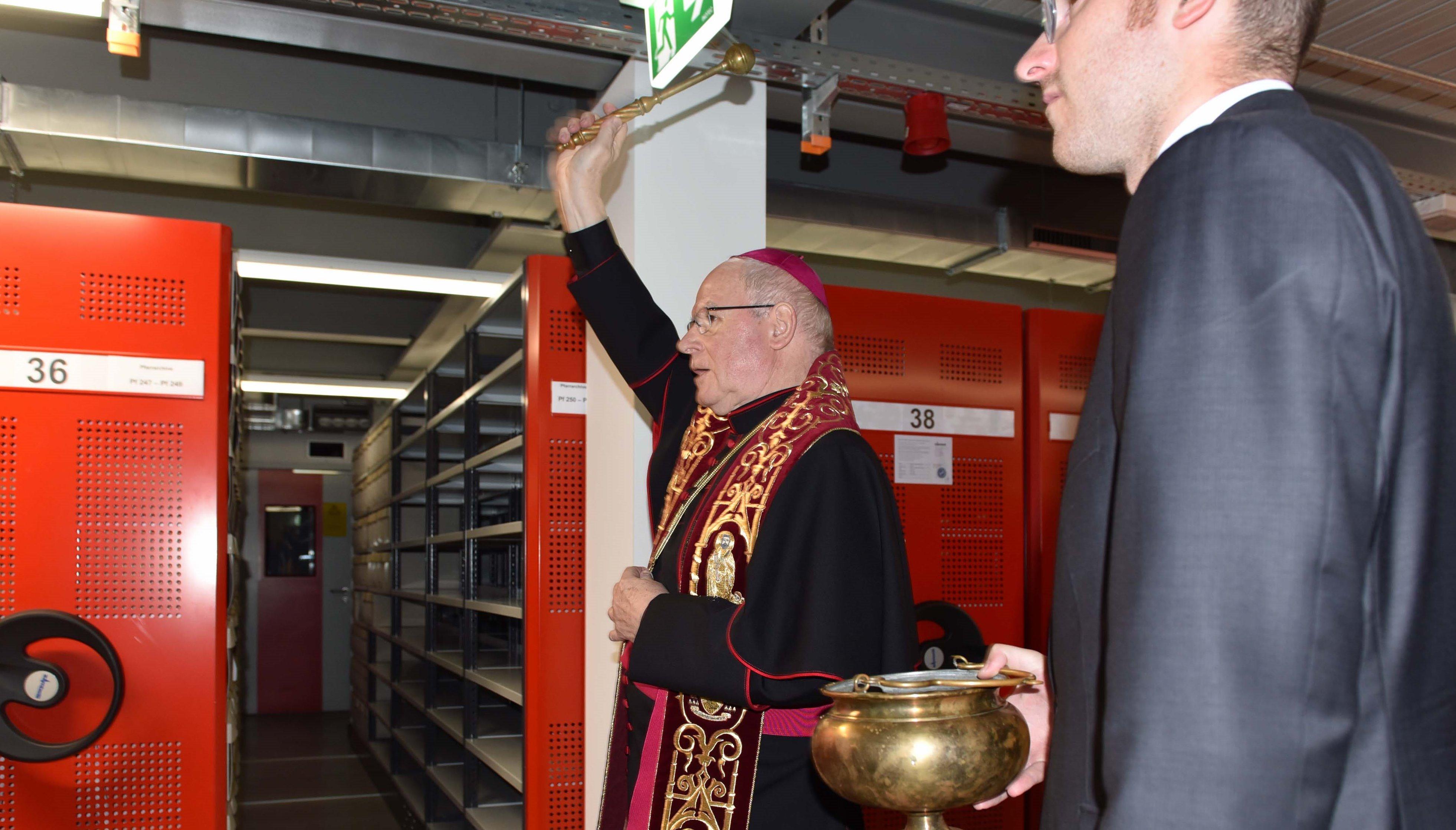 Bischof Konrad bei der Segnung des Archiv-Magazins. (Fotos: Maria Steber/Pressestelle Bistum Augsburg)