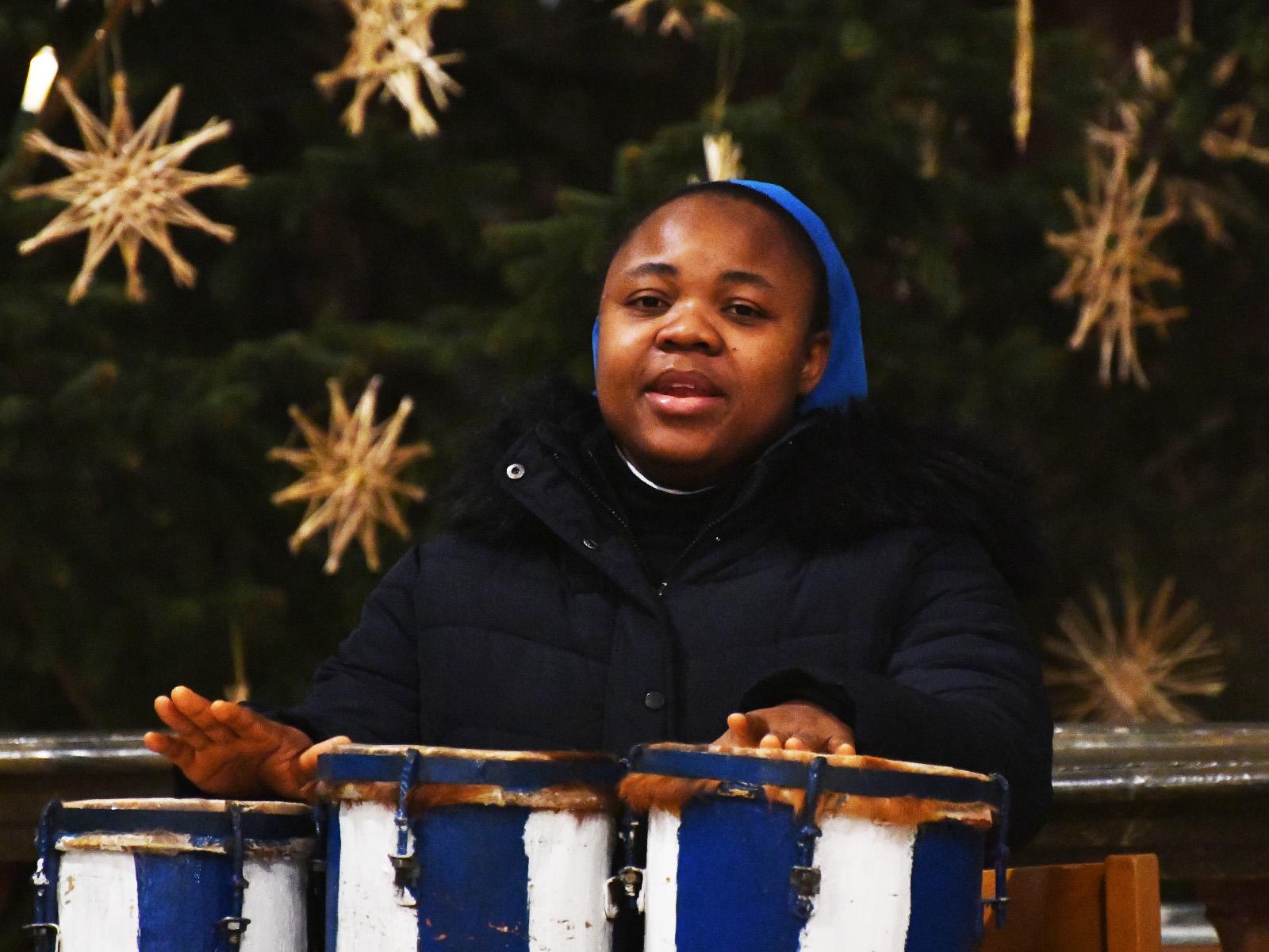 Der Gottesdienst wurde durch Sänger des Seeger Kirchenchors und Schwestern der Ordensgemeinschaft musikalisch gestaltet.