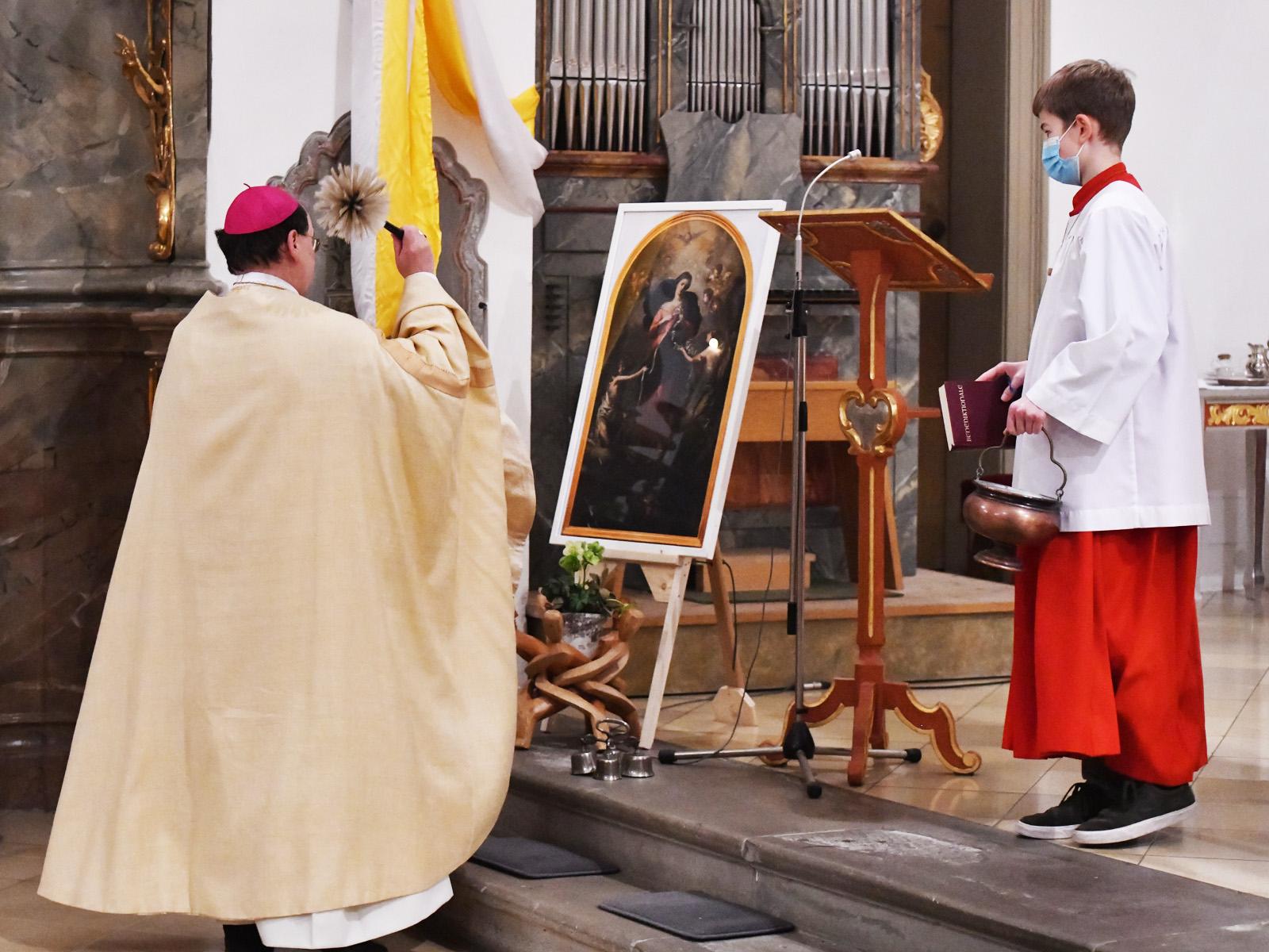 Bischof Bertram segnet ein Bild der Maria Knotenlöserin für den neuen Konvent