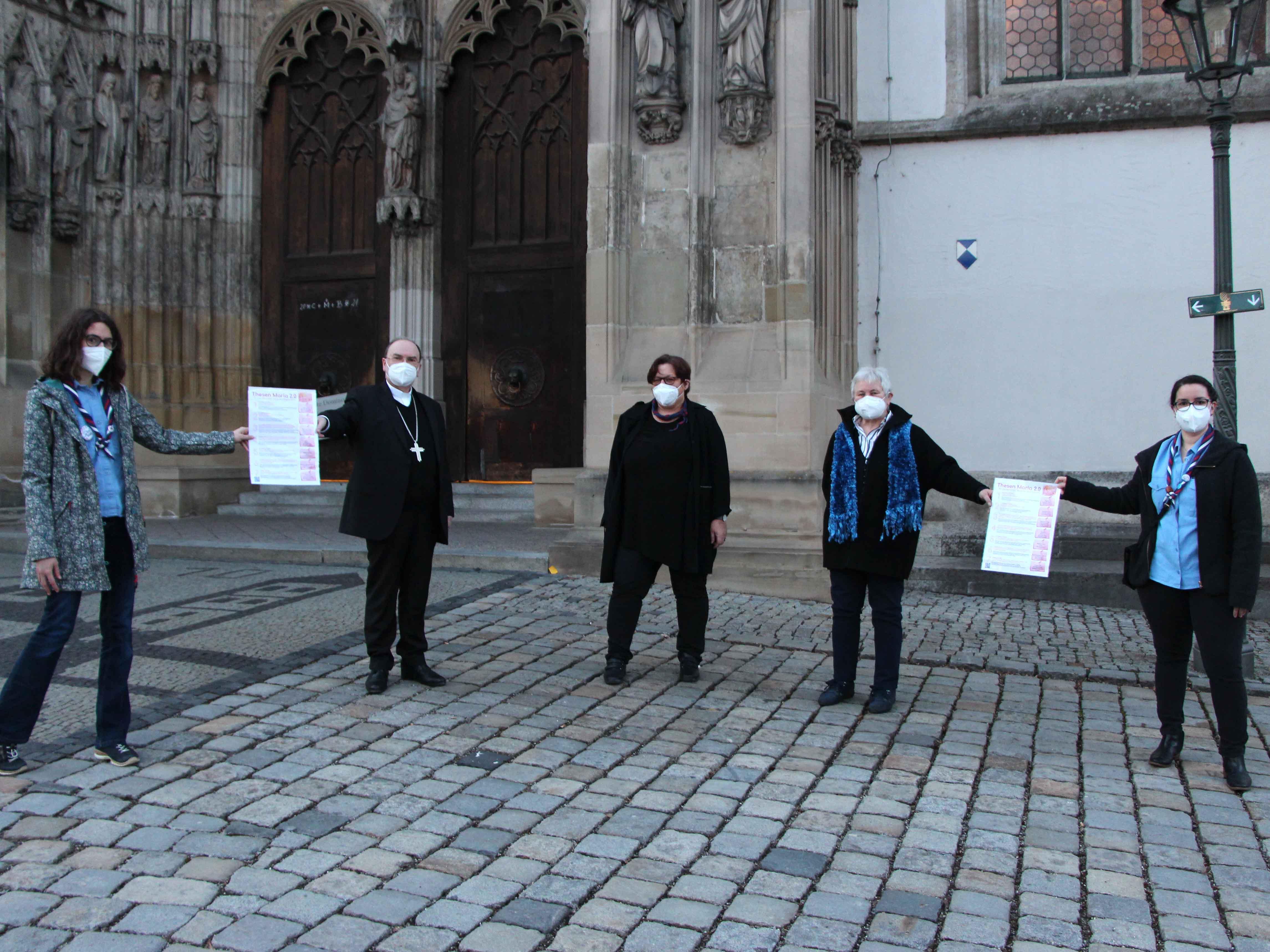 Auf dem Augsburger Domplatz überreichten sie Bischof Bertram ihre Thesen (v.links): Franziska Hankl, Bischof Dr. Bertram Meier, Irene Kischkat, Marlene Scholz, Carina Seuffert. (Foto: Irene Kischkat)
