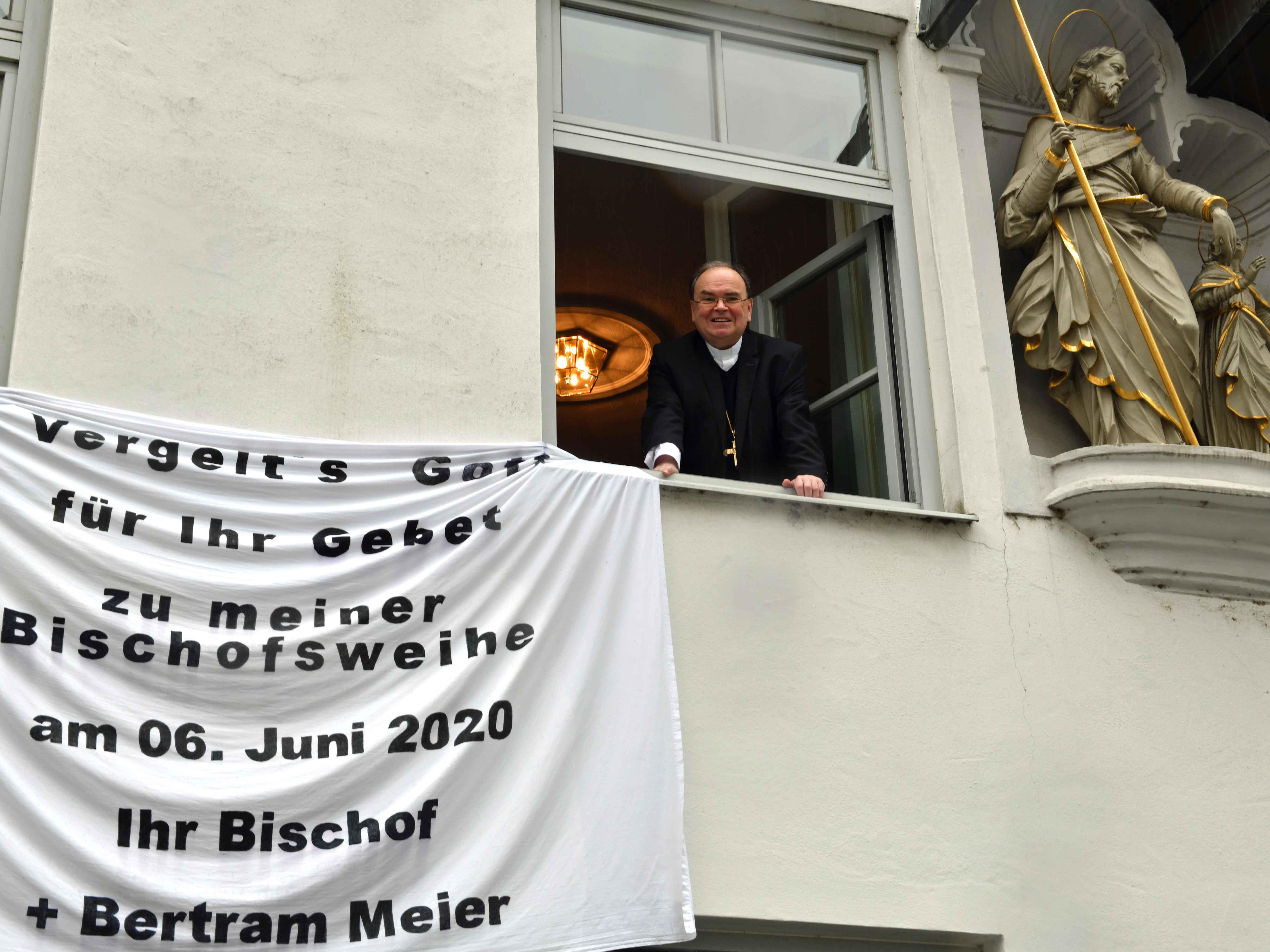Auch am Bischofshaus bedankt sich Bischof Bertram seit dem Tag der Bischofsweihe mit einem Transparent. (Foto: Nicolas Schnall/pba)