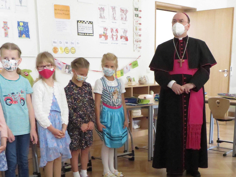 Bischof Dr. Bertram Meier besucht die Schüler in ihren Klassen und stellt sich ihren Fragen. (Fotos: Viktoria Zäch/pba)
