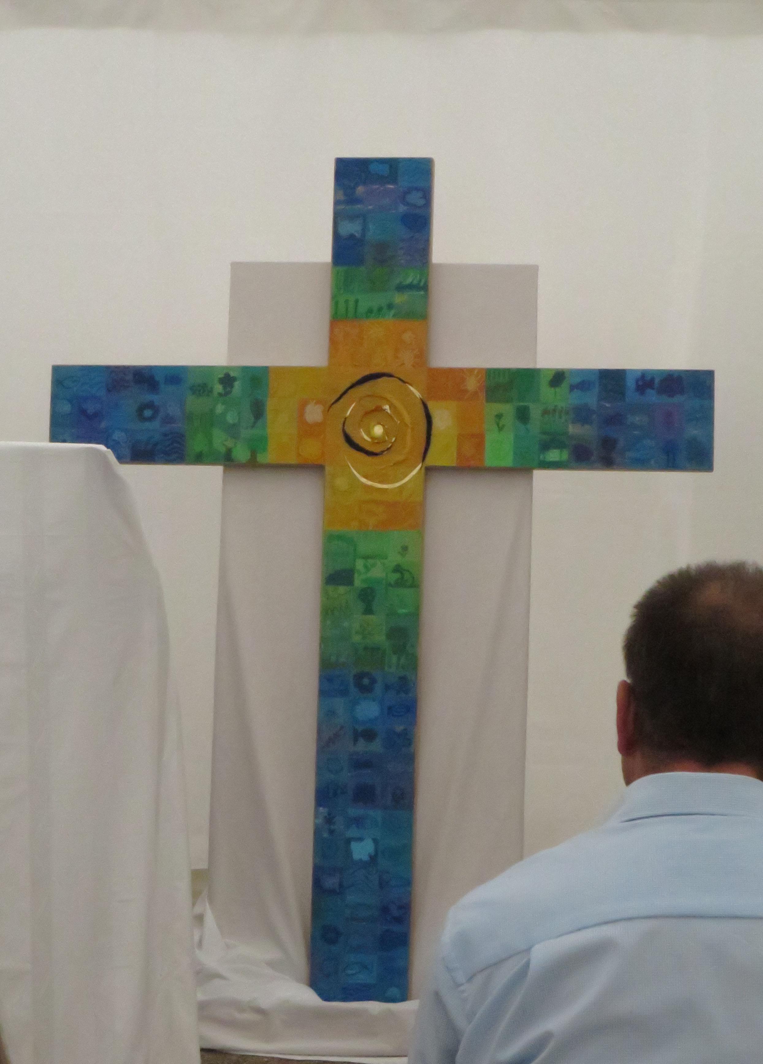 Das neue Kreuz für die Aula wurde von jedem Einzelnen der Schulfamilie mitgestaletet.