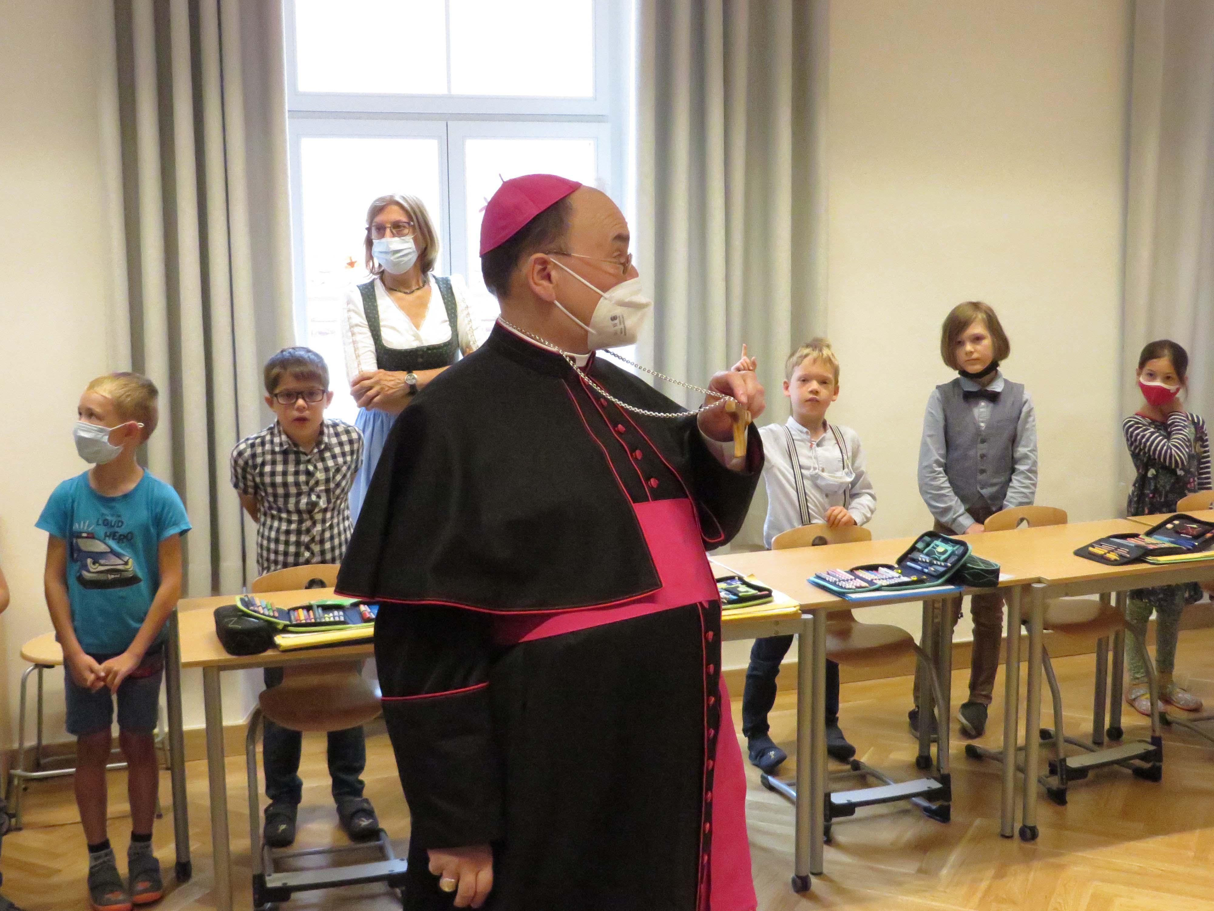 Der Bischof wählte extra das Tau - das Franziskuskreuz - aus Olivenholz zur Segensfeier aus.