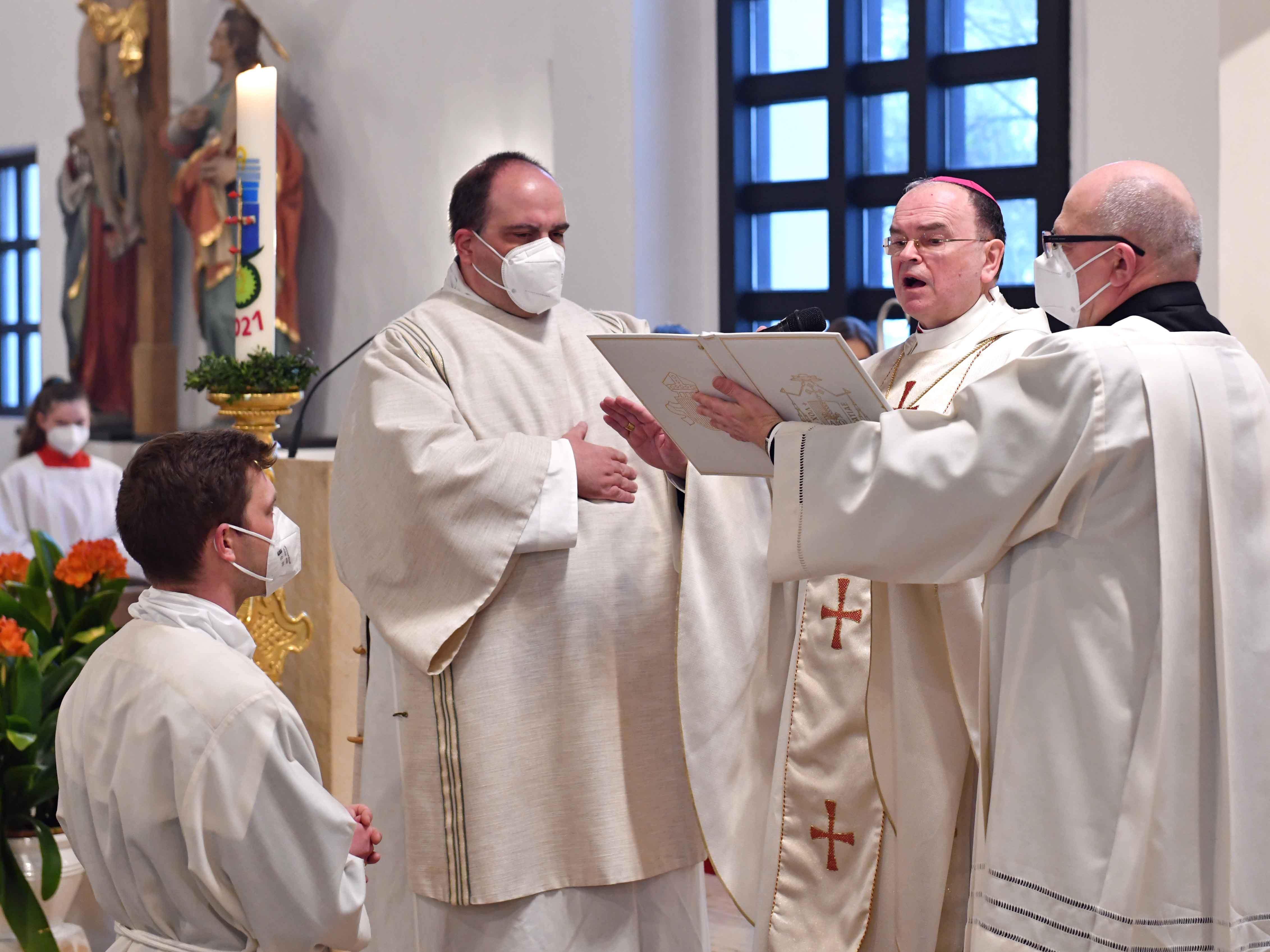 Beim Weihegebet: Bischof Bertram spendet Br. Anton Wölfl aus der Gemeinschaft der Redemptoristen die Diakonenweihe. (Fotos: Nicolas Schnall / pba)