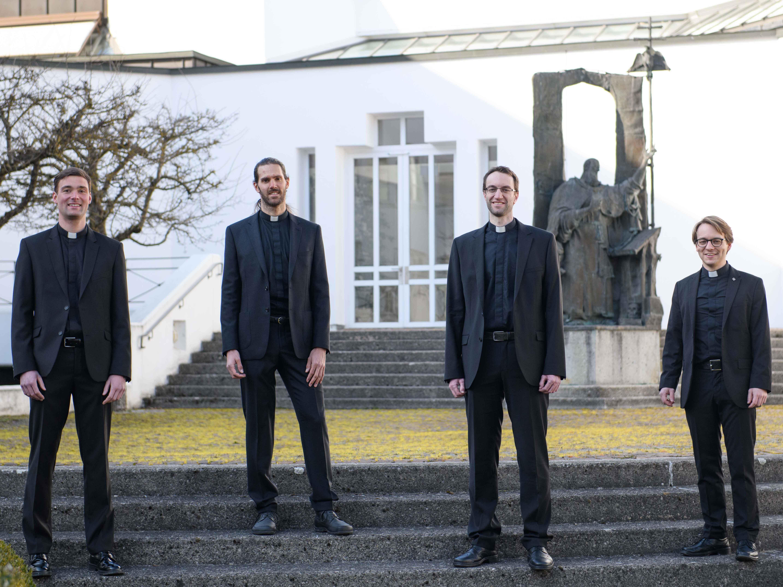 Am Sonntag, 27. Juni werden sie von Bischof Dr. Bertram Meier zu Priestern geweiht (v.l.): Stefan Riedel, Roland Weber, Michael Schmid und Jürgen Massinger. (Foto: Daniel Jäckel / pba)