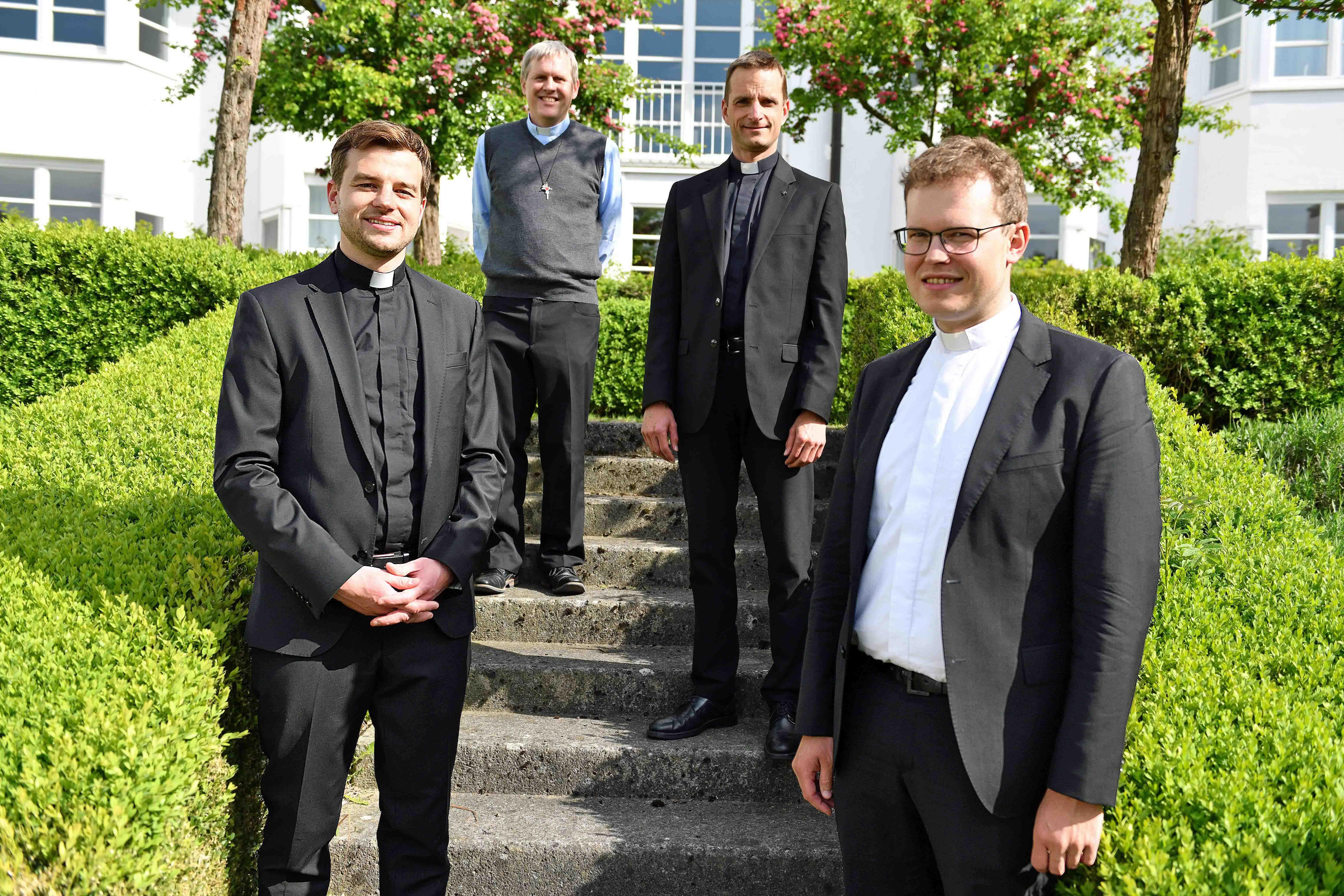 Am 28. Juni werden sie zu Priestern geweiht (v.links): Richard Hörmann, Bruder Michael Sommer, Marco Leonhart und Ludwig Bolkart. (Foto: Nicolas Schnall / pba)