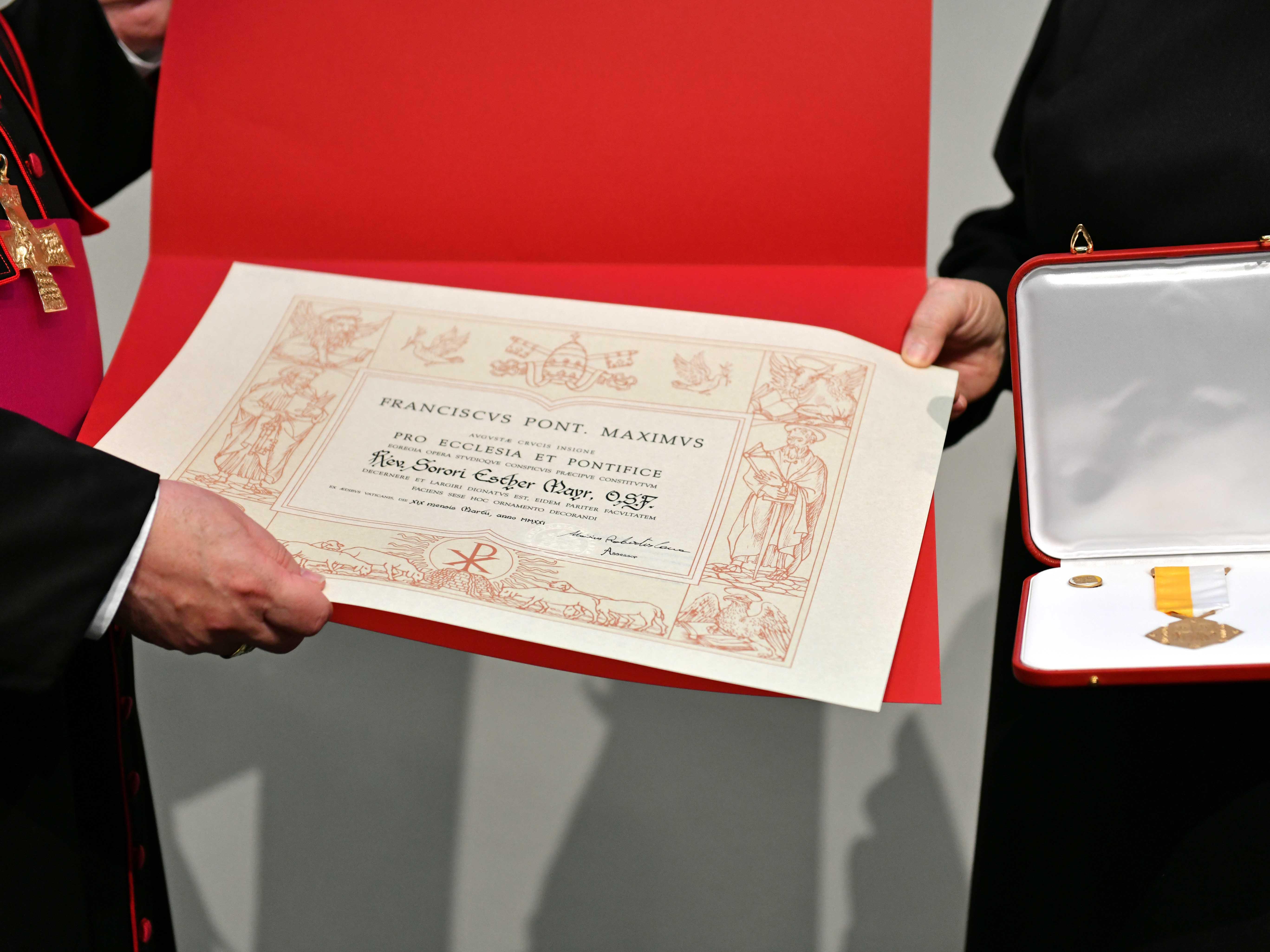 Das Päpstliche Ehrenzeichen Pro Ecclesia et Pontifice für Sr. M. Esther Mayr OSF. Aus gesundheitlichen Gründen konnte sie nicht anwesend sein. (Foto: Nicolas Schnall / pba)