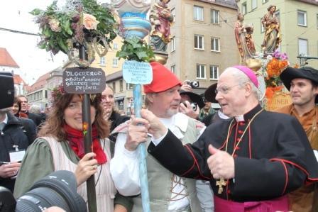 """Bischof Dr. Konrad Zdarsa wird von zahlreichen kirchlichen Gruppen unter dem Motto """"Volk Gottes unterwegs"""" zum Fest der Begegnung begleitet."""