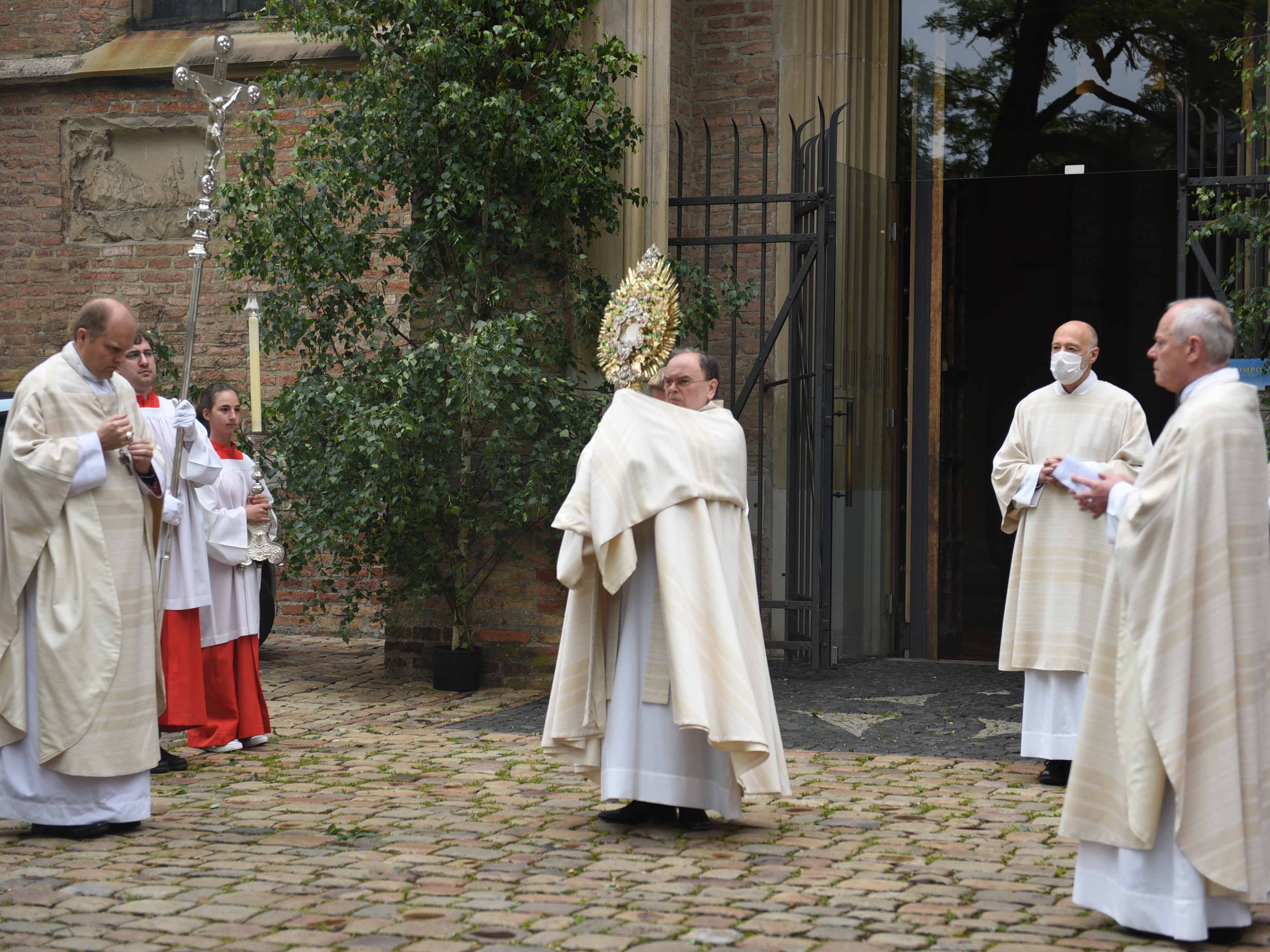 Zum heutigen Fronleichnamsfest segnete Bischof Dr. Bertram Meier die Stadt und ihre Bewohner. (Fotos: Maria Steber / pba)