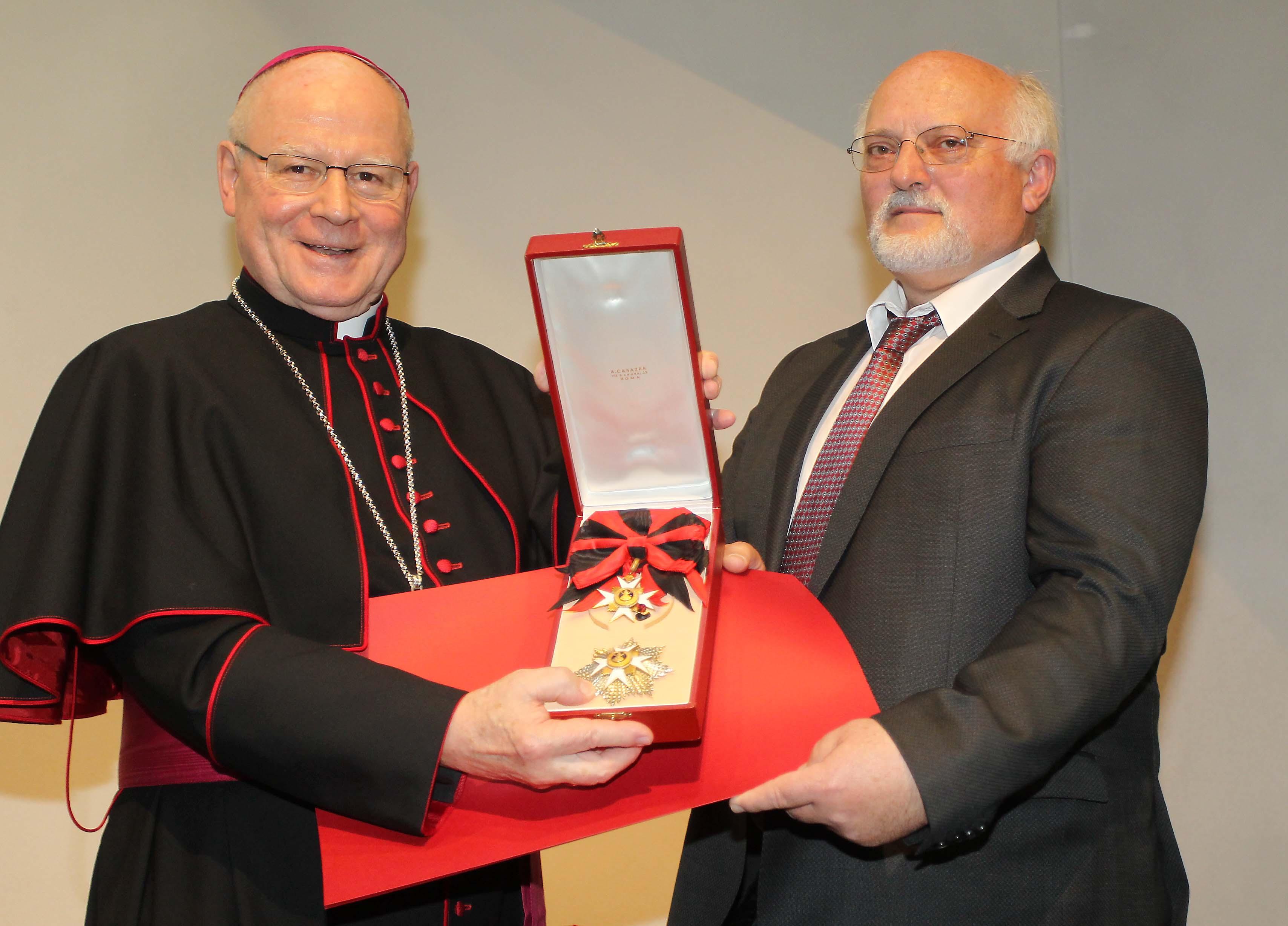 Josef Binder bekam von Bischof Konrad den Silvesterorden überreicht: (Foto: Annette Zoepf/pba).