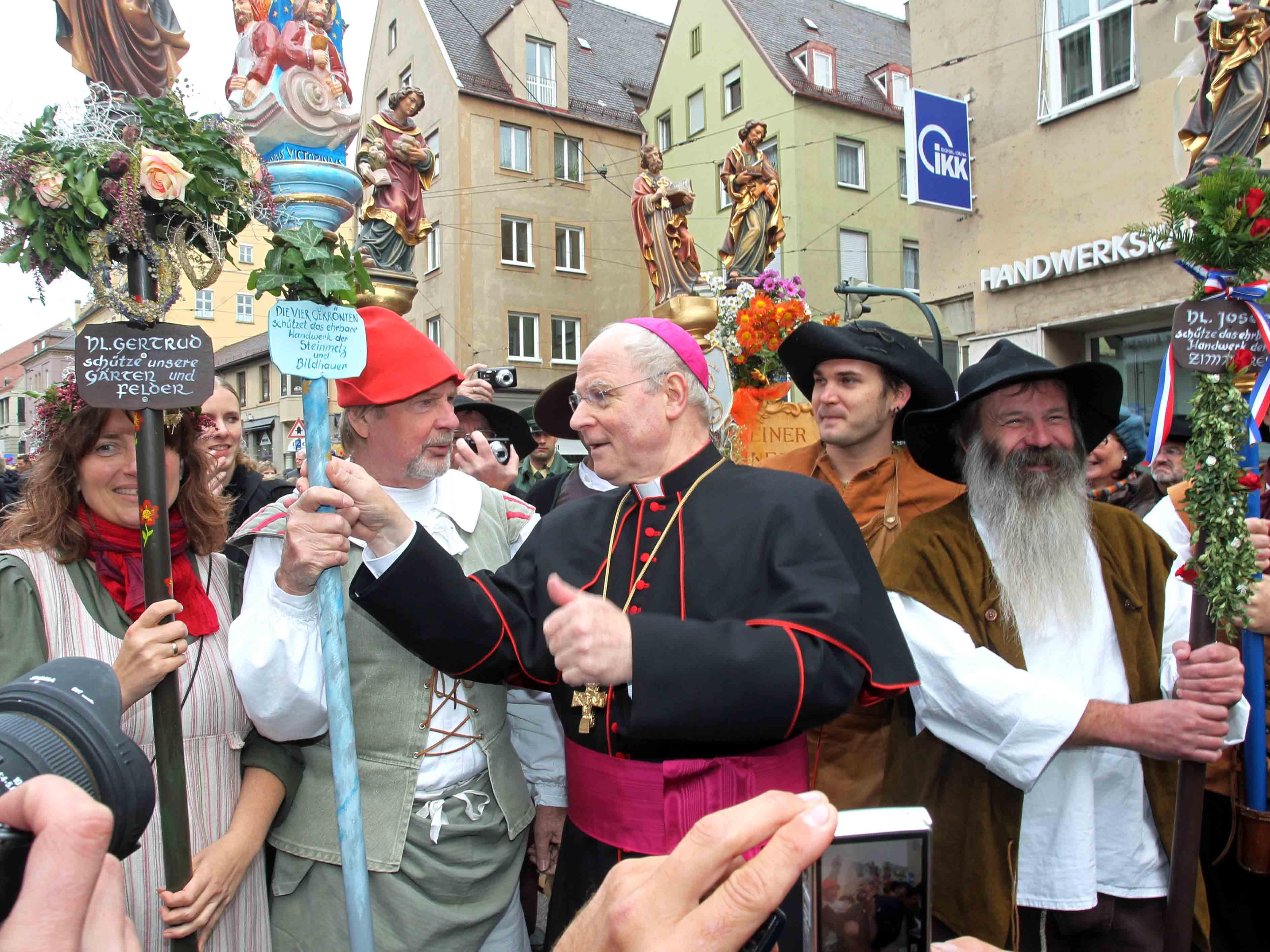 Bischof Konrad wurde am Tag seiner Amtseinführung von tausenden Menschen willkommen geheißen und durch die Straßen begleitet. (Fotos: Annette Zoepf / pba)