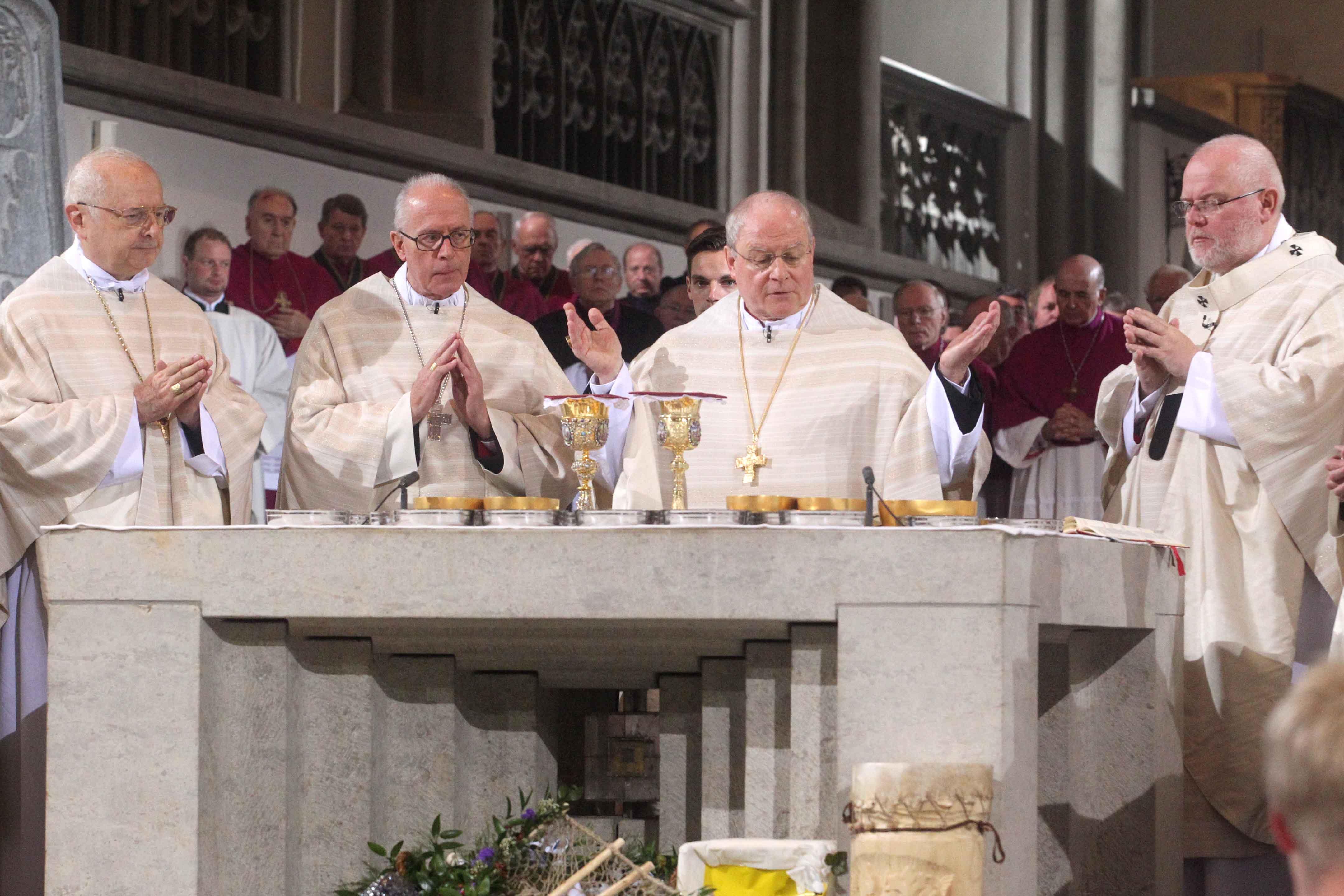 Bischof Konrad beim Pontifikalamt anlässlich seiner Amtseinführung zusammen mit Erzbischof Zollitsch, Nuntius Périsset und Erzbischof Marx am Altar.