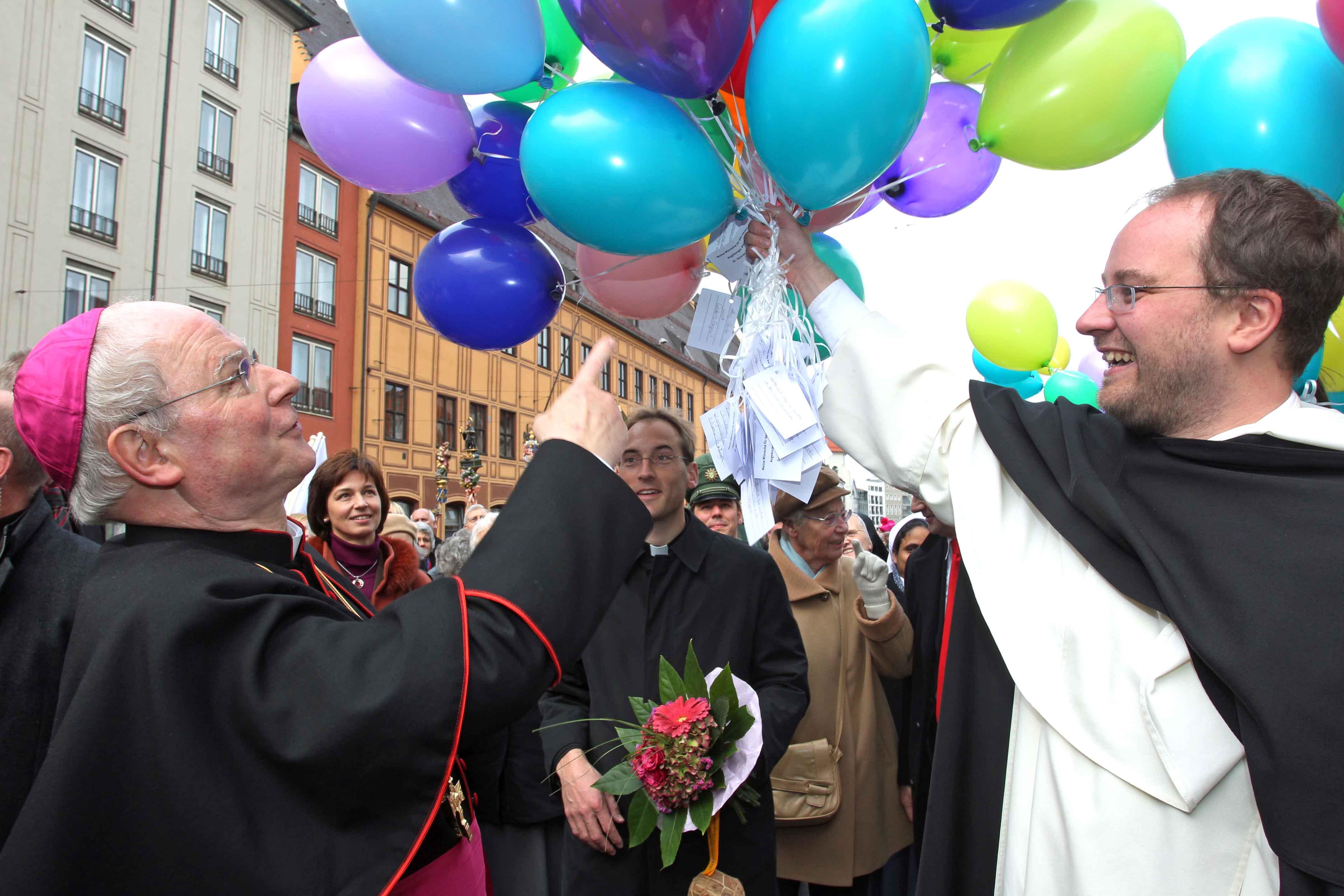 Auch Vertreter von Ordensgemeinschaften hatten sich für den neuen Bischof etwas einfallen lassen.