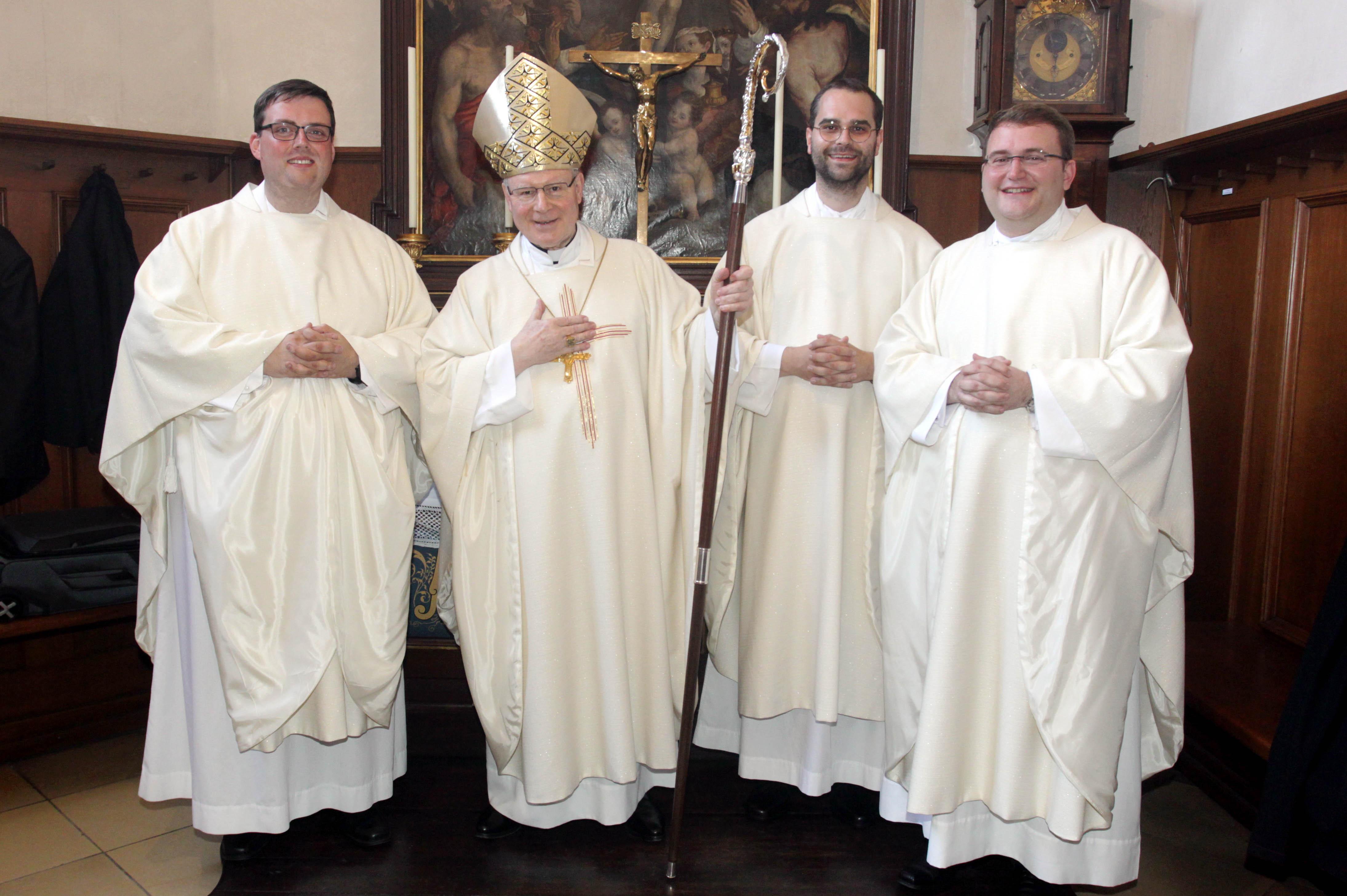 Bischof Konrad mit den neugeweihten Priestern (v.l.) Florian Stadlmayr, Dominik Loy und Dominic Ehehalt. (Foto: Annette Zoepf / pba)