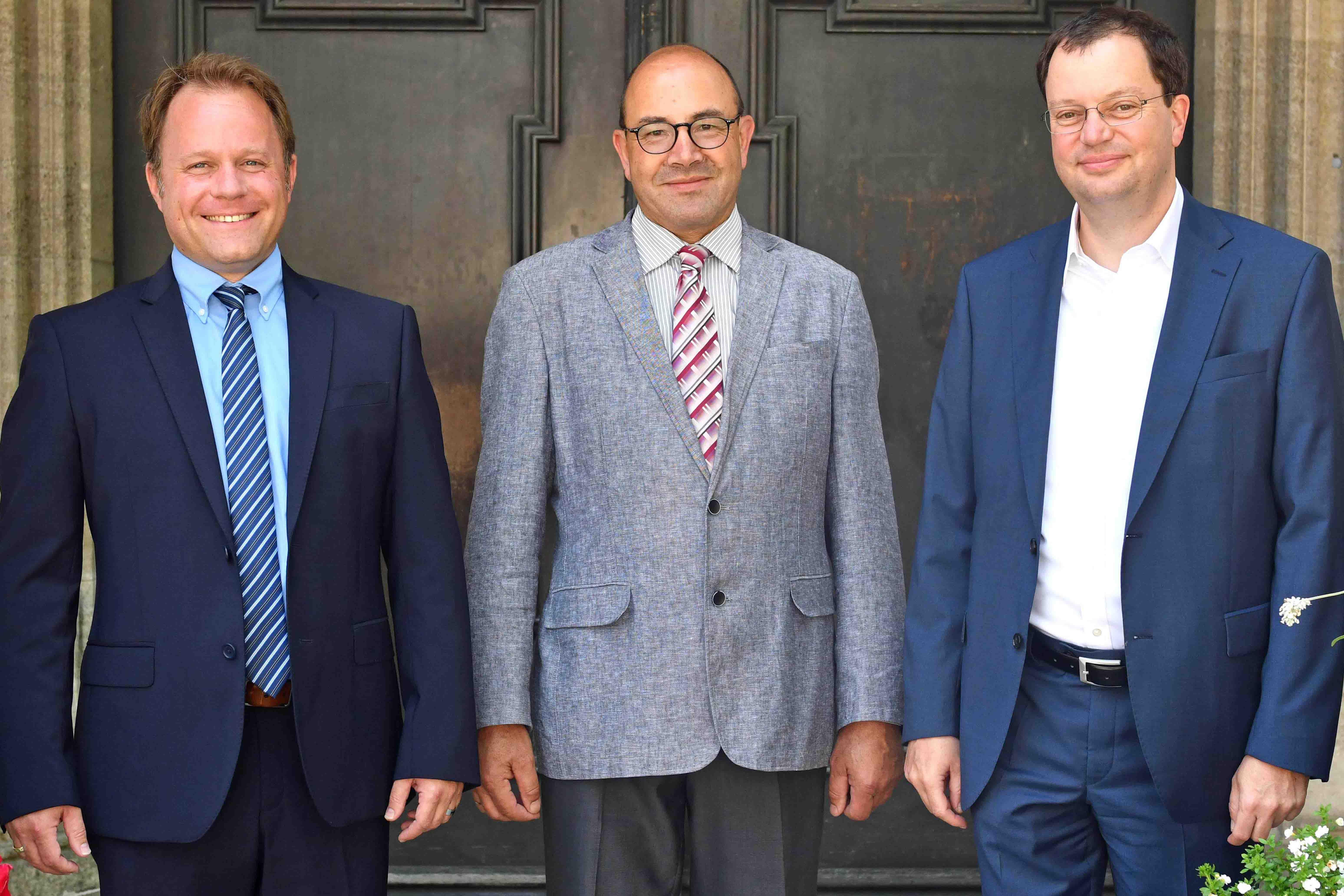 Die drei Weihekandidaten vor dem Hauptportal der Ulrichsbasilika (v.l.): Franz Eduard Schmidt, Franz Pemsl und Martin Lehmann. (Foto: Nicolas Schnall / pba)