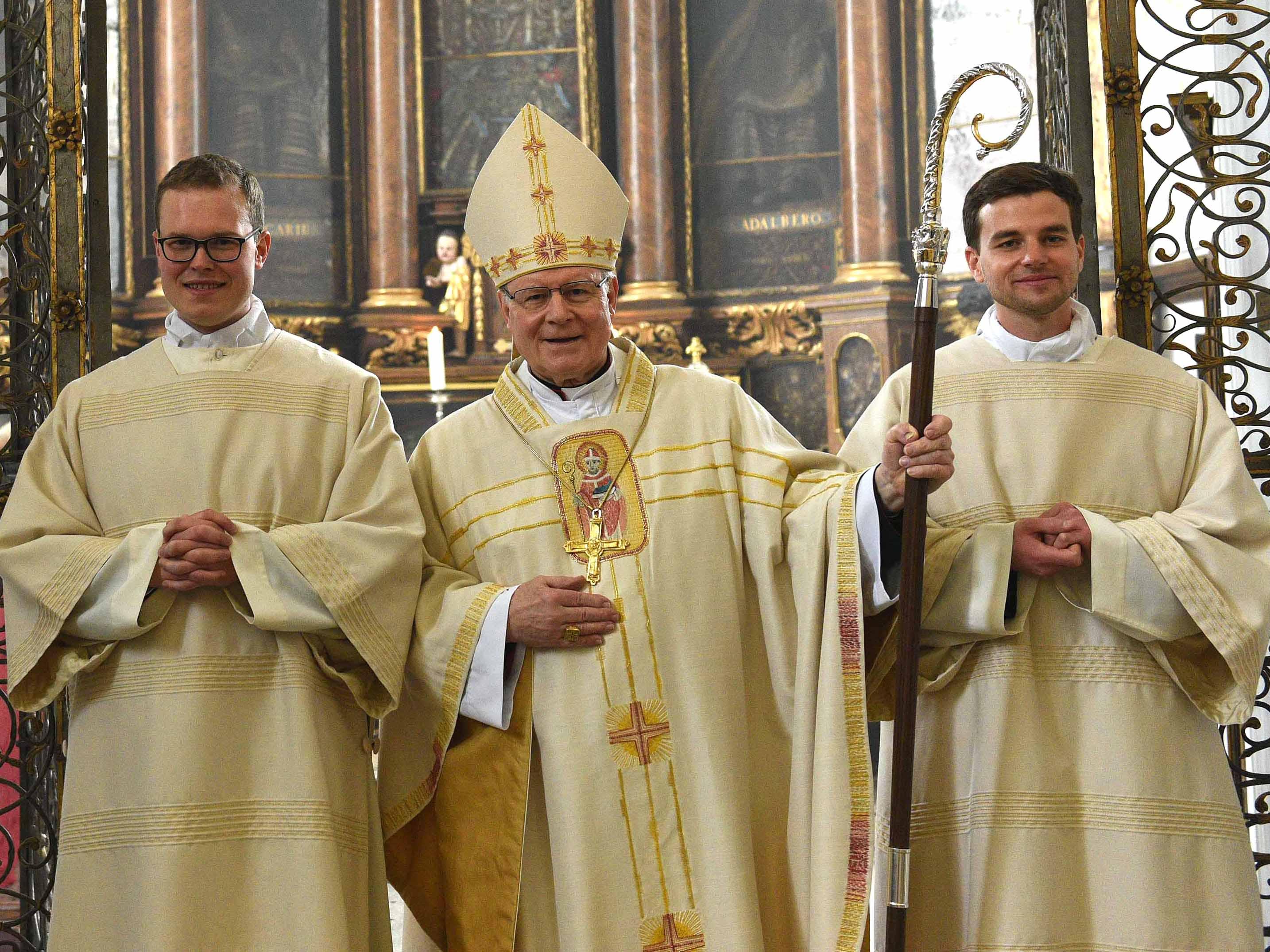 Bischof Dr. Konrad Zdarsa hat heute Ludwig Bolkart (links) und Richard Hörmann (rechts) zu Diakonen geweiht. (Foto: Maria Steber / pba)