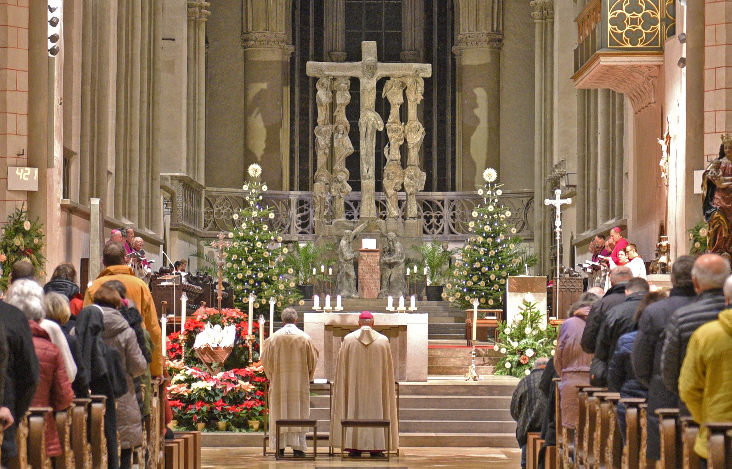 Gemeinsam mit vielen Gläubigen, den Weihbischöfen und Domkapitularen dankte Bischof Konrad für das vergangene Jahr. (Foto: Simone Zwikirsch / pba)